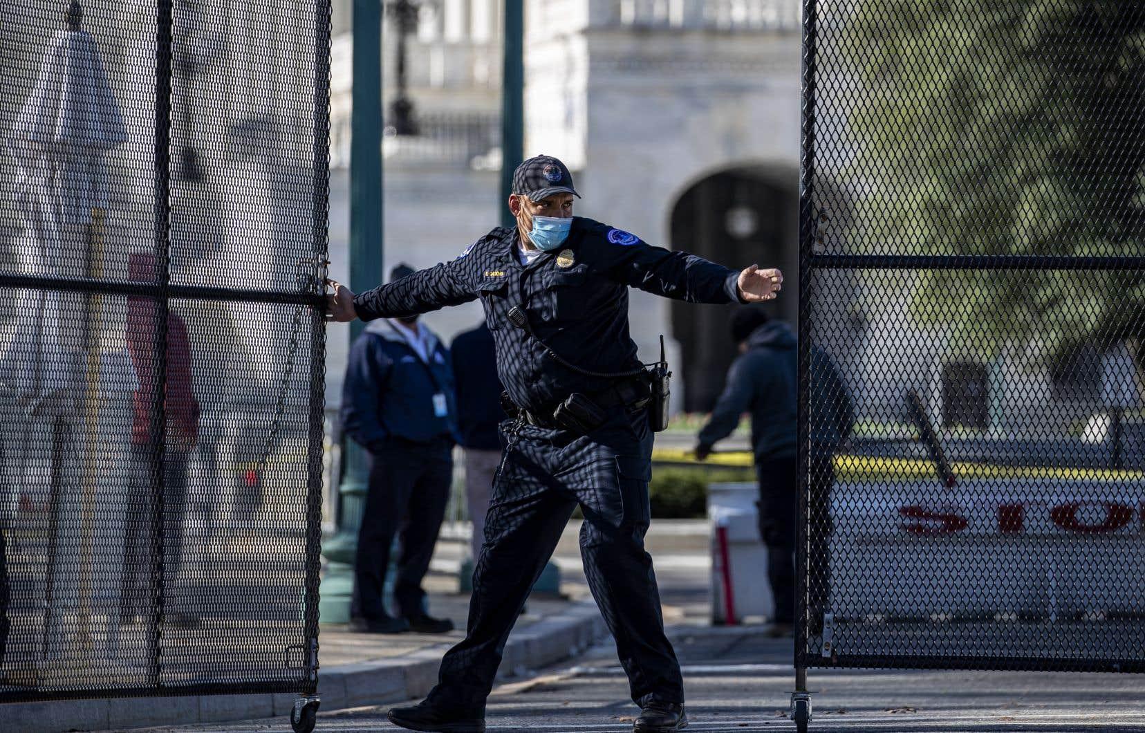 Un agent de la police du Capitole a été tué et un autre blessé vendredi, lorsqu'un homme a précipité sa voiture sur eux avant de percuter une barrière de sécurité.