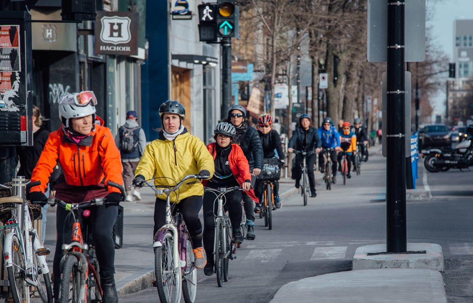 Des données compilées par Éco-Compteur font état d'une moyenne de 450 passages quotidiens sur la piste cyclable de la rue Saint-Denis entre le 7janvier et le 15février. Celle-ci a été mise en place l'an dernier dans le cadre du projet de Réseau express vélo, qui prévoit à terme l'aménagement de 184kilomètres de voies cyclables protégées accessibles toute l'année.