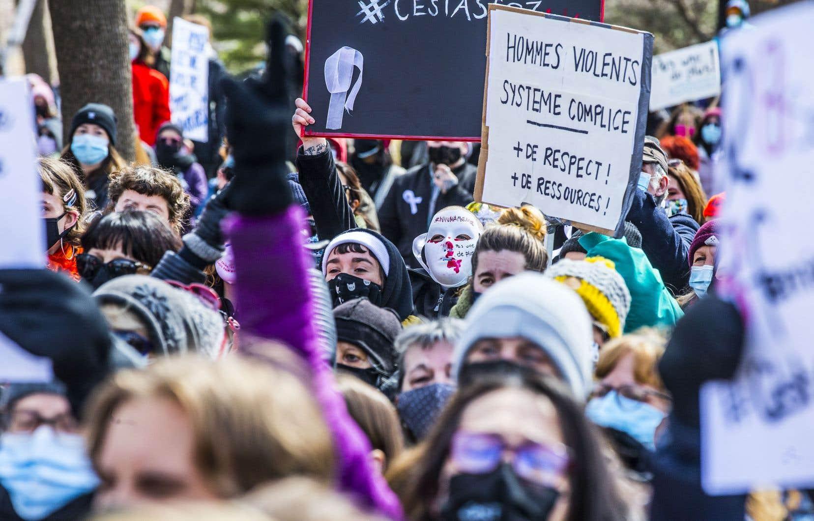 Vendredi avait lieu à Montréal une marche pour dénoncer les violences contre les femmes qui a réuni plus d'un millier de personnes. Quelques heures plus tôt, le huitième féminicide en huit semaines au Québec avait été confirmé.