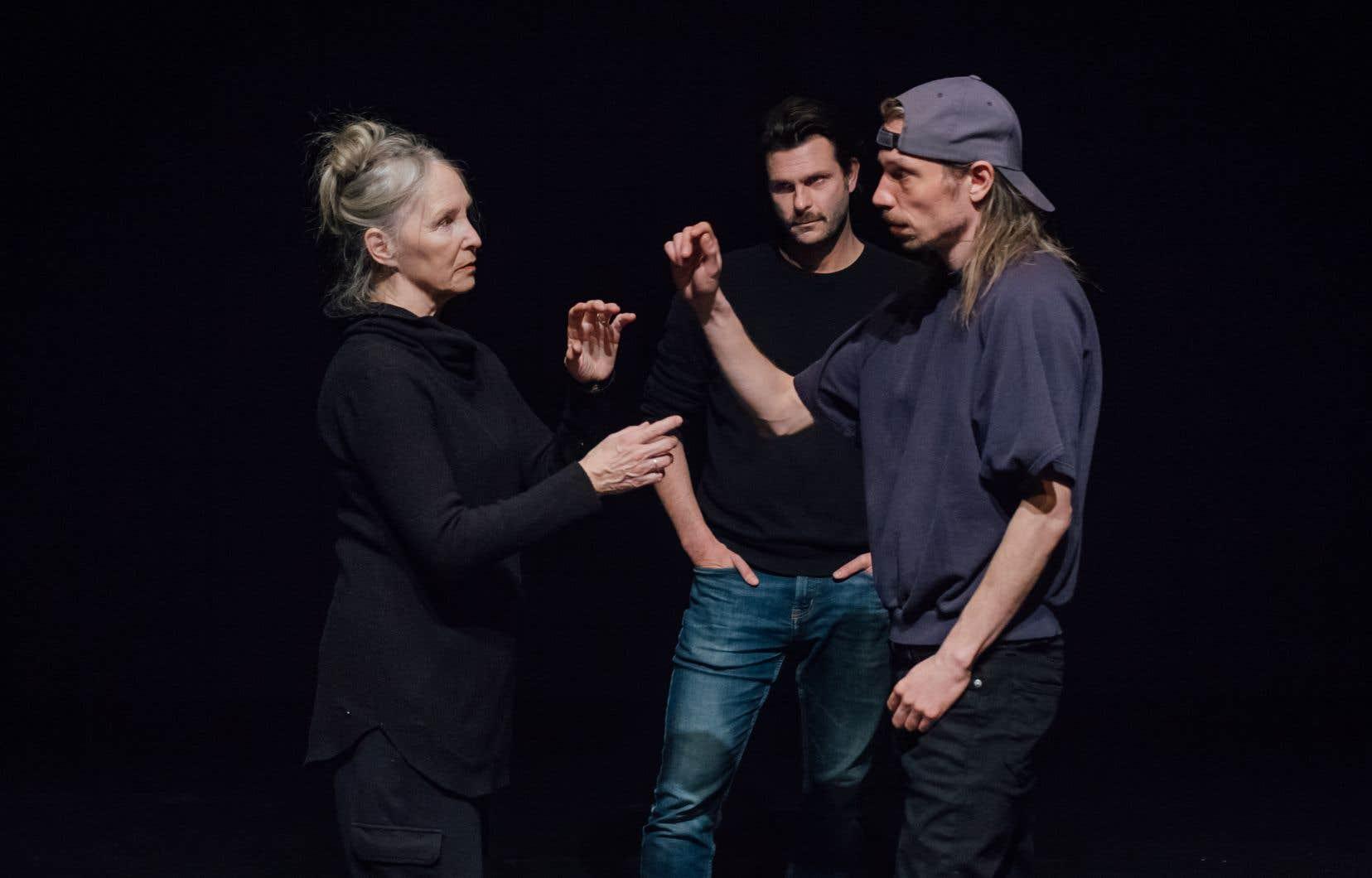 Les metteurs en scène Jérémie Niel (au centre) et Félix-Antoine Boutin (à droite), avec la chorégraphe Louise Bédard, en répétition