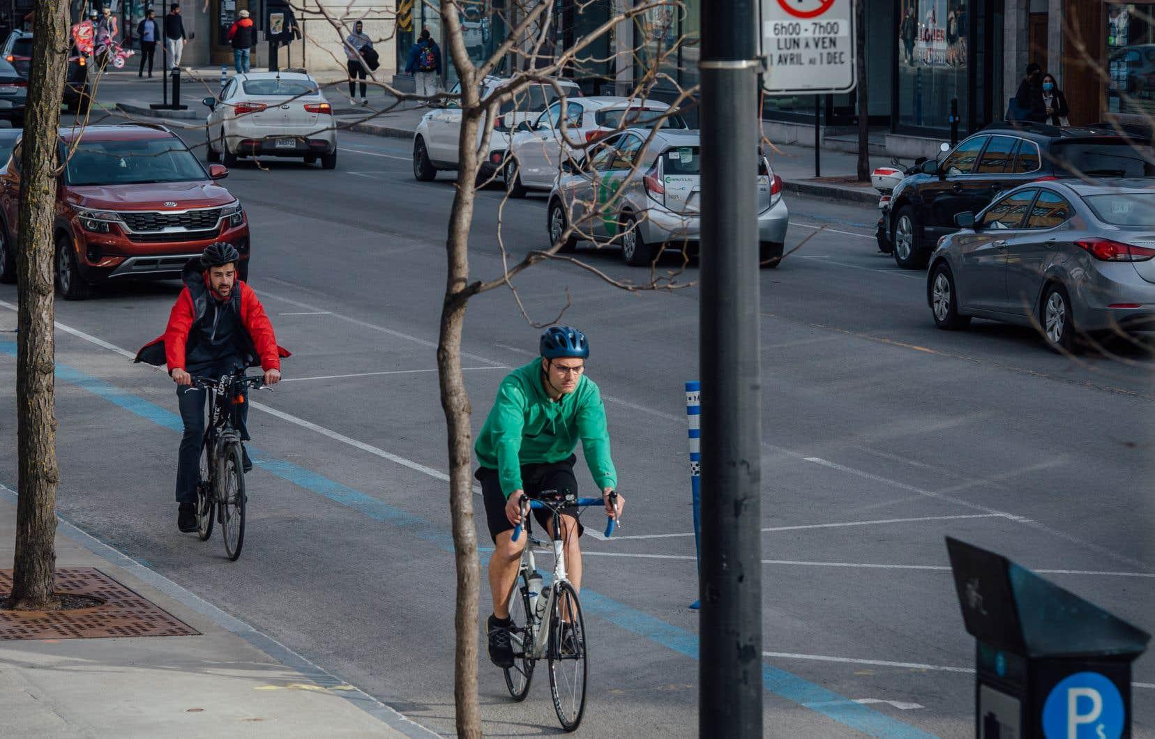 Deux cyclistes empruntant la piste du Réseau express vélo (REV) de la rue Saint-Denis à Montréal