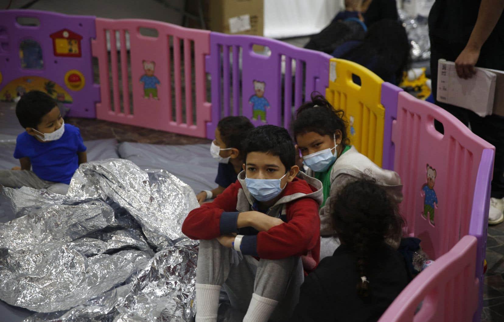Parmi les migrants se trouvent de plus en plus de mineurs isolés, dont le nombre a doublé sur un mois, passant d'environ 9400 à plus de 18600, d'après les chiffres des services des douanes et des gardes-frontières (CBP).