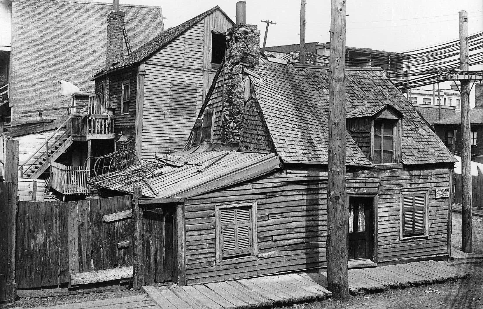 Petite maison d'un quartier populaire de Montréal tel qu'on pouvait en voir au milieu du XIXe siècle et qui existait encore, en bien des endroits, au début du siècle suivant, comme sur cette photographie prise en 1903.