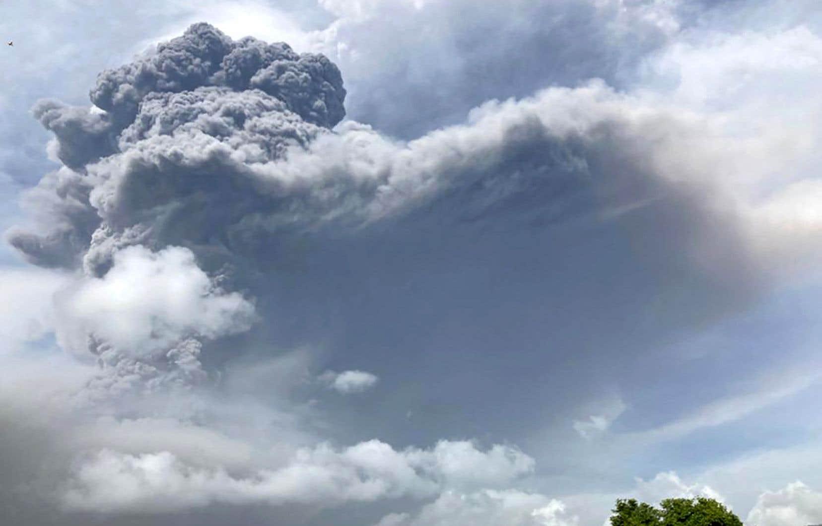 L'éruption de la Soufrière, pour la première fois depuis 40 ans, a forcé l'évacuation de milliers de personnes vendredi.