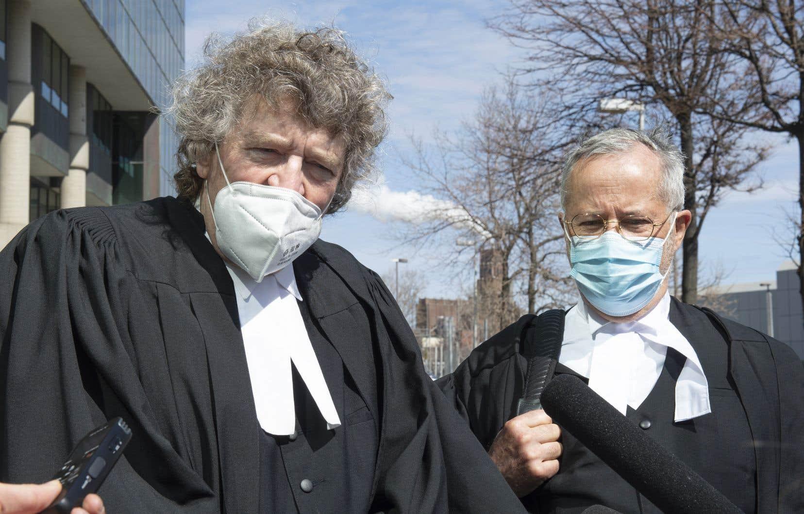L'avocat spécialisé dans les erreurs judiciaires James Lockyer (à gauche) et Me Jacques Larochelle se sont adressés aux membres de la presse vendredi, à l'extérieur de la Cour supérieure du Québec.