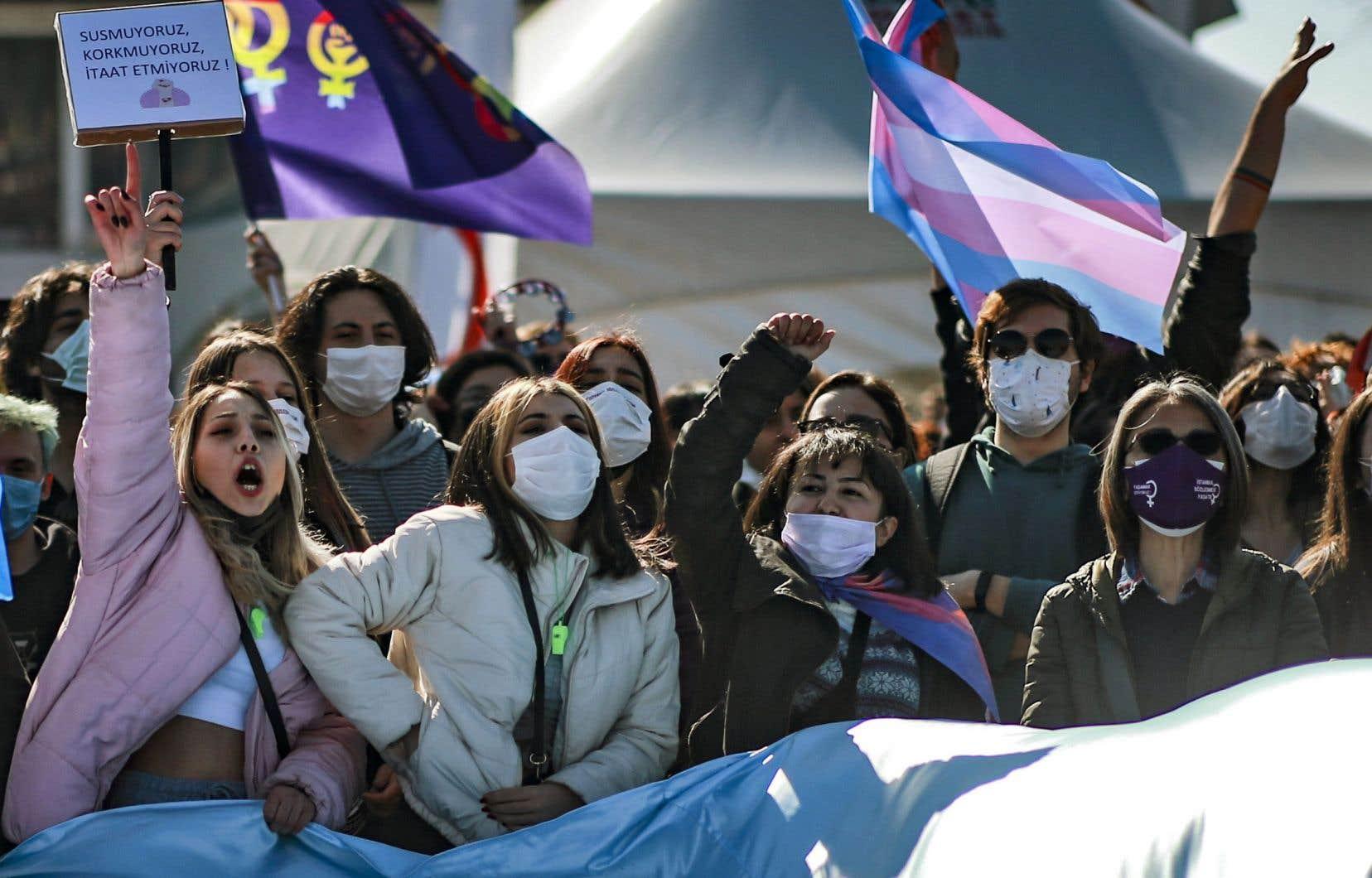 «La Convention du Conseil de l'Europe sur la prévention et la lutte contre la violence à l'égard des femmes et la violence domestique, dite Convention d'Istanbul, est aujourd'hui plus que jamais d'actualité», pense l'autrice.  En photo, manifestation contre le retrait de la Turquie de la Convention d'Istanbul, le 27 mars dernier à Istambul.