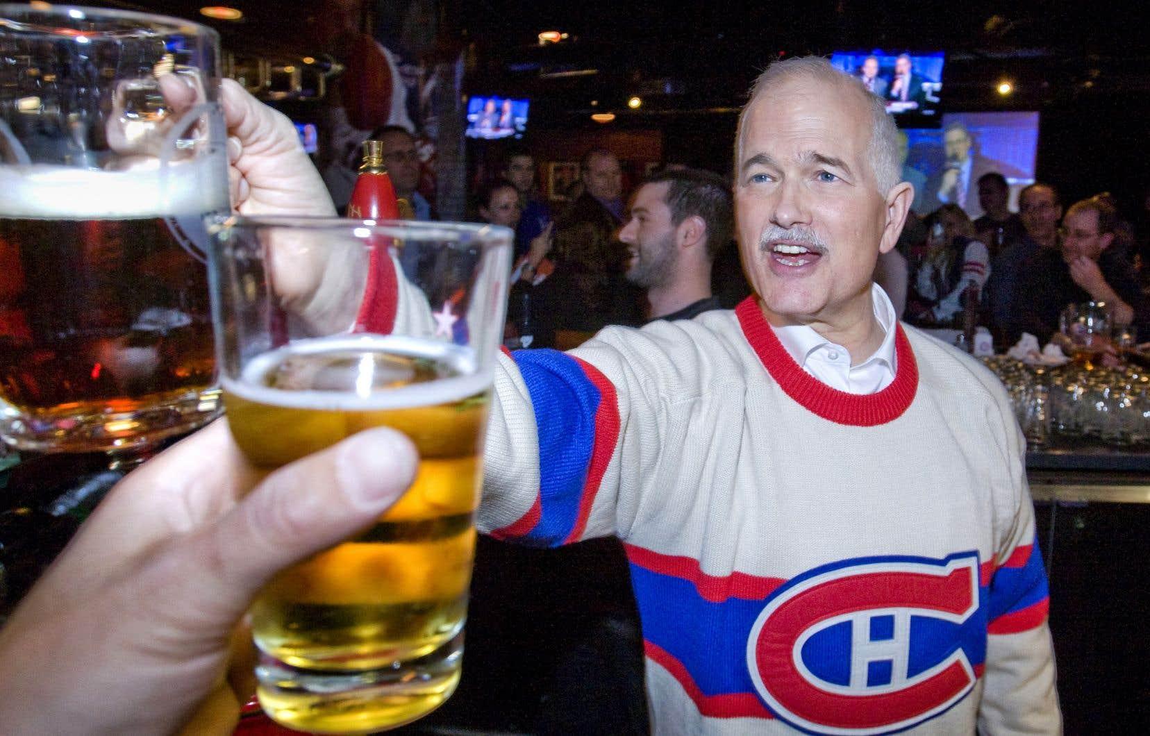 Jack Layton dans un bar près du Centre Belle lors d'un match des séries éliminatoires opposant le Canadien aux Bruins de Boston. La scène avait fait la une de l'édition du «Devoir» du 15 avril 2011.