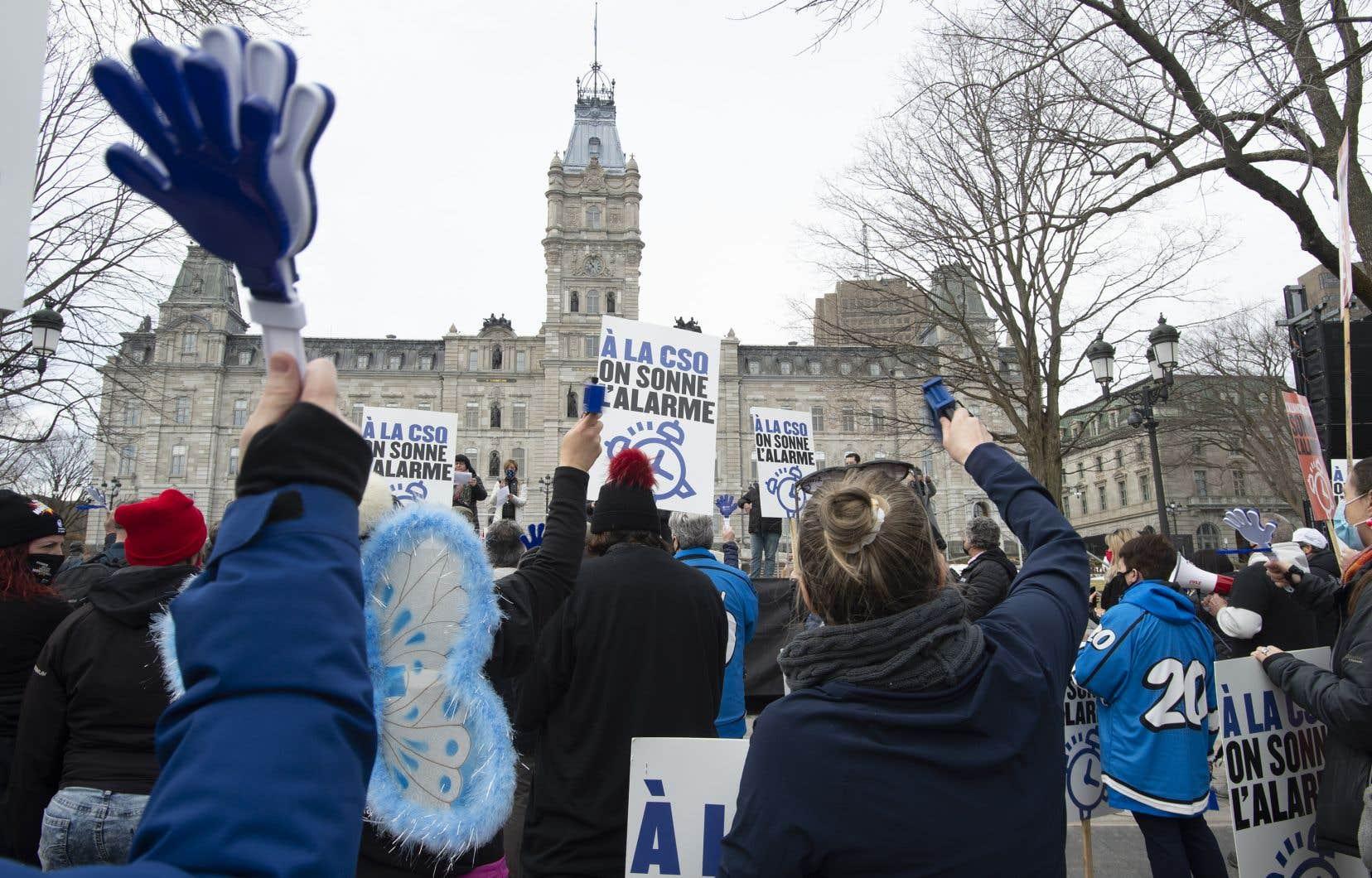 Le 31 mars, des centaines de travailleurs de la santé ont manifesté à Québec pour demander de meilleures offres de la part du gouvernement.