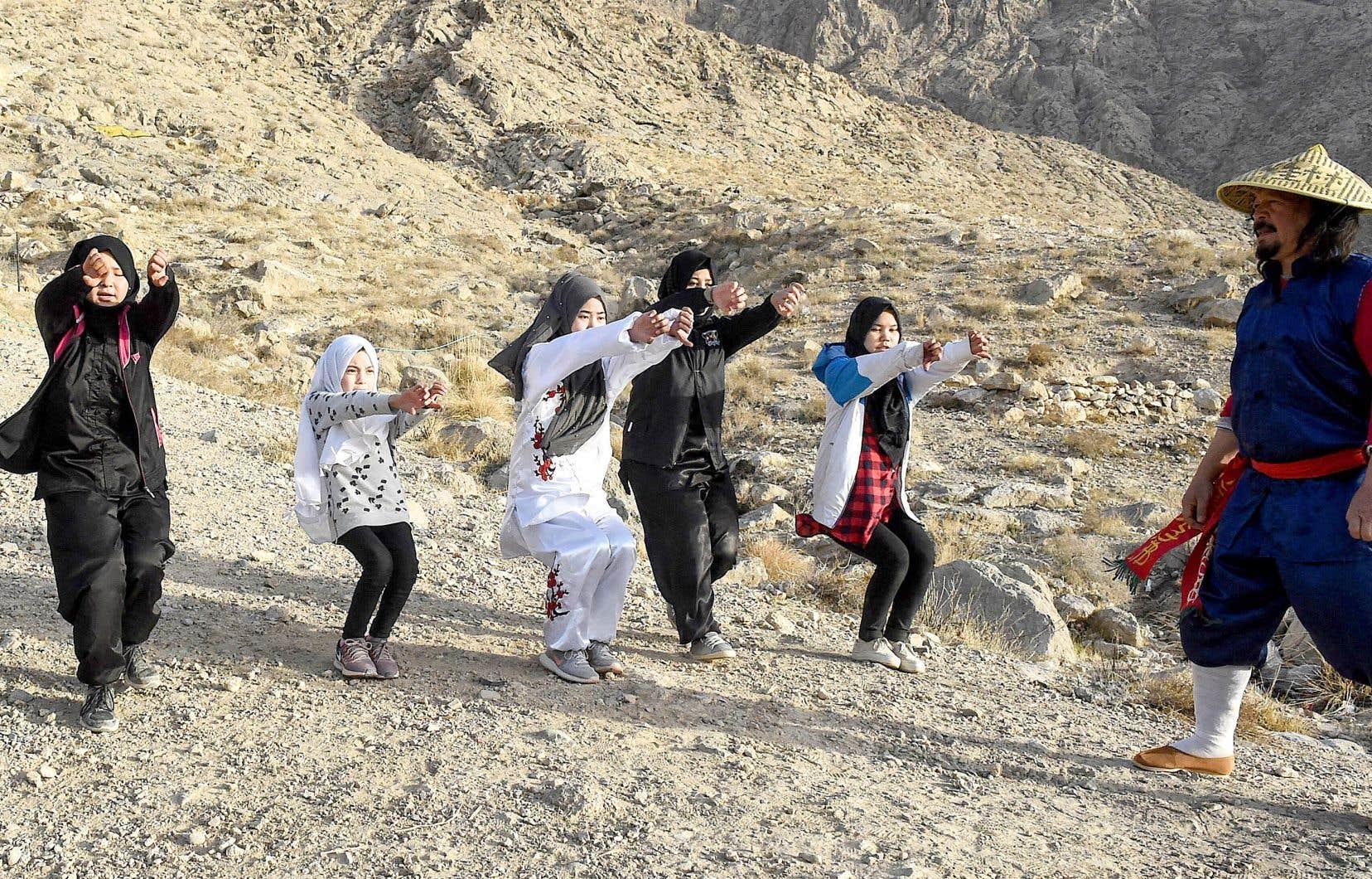 Mubarak Ali Shan, un professeur d'arts martiaux, donne un cours d'autodéfense à des membres de la communauté hazara, sur une montagne à la périphérie de la ville de Quetta.