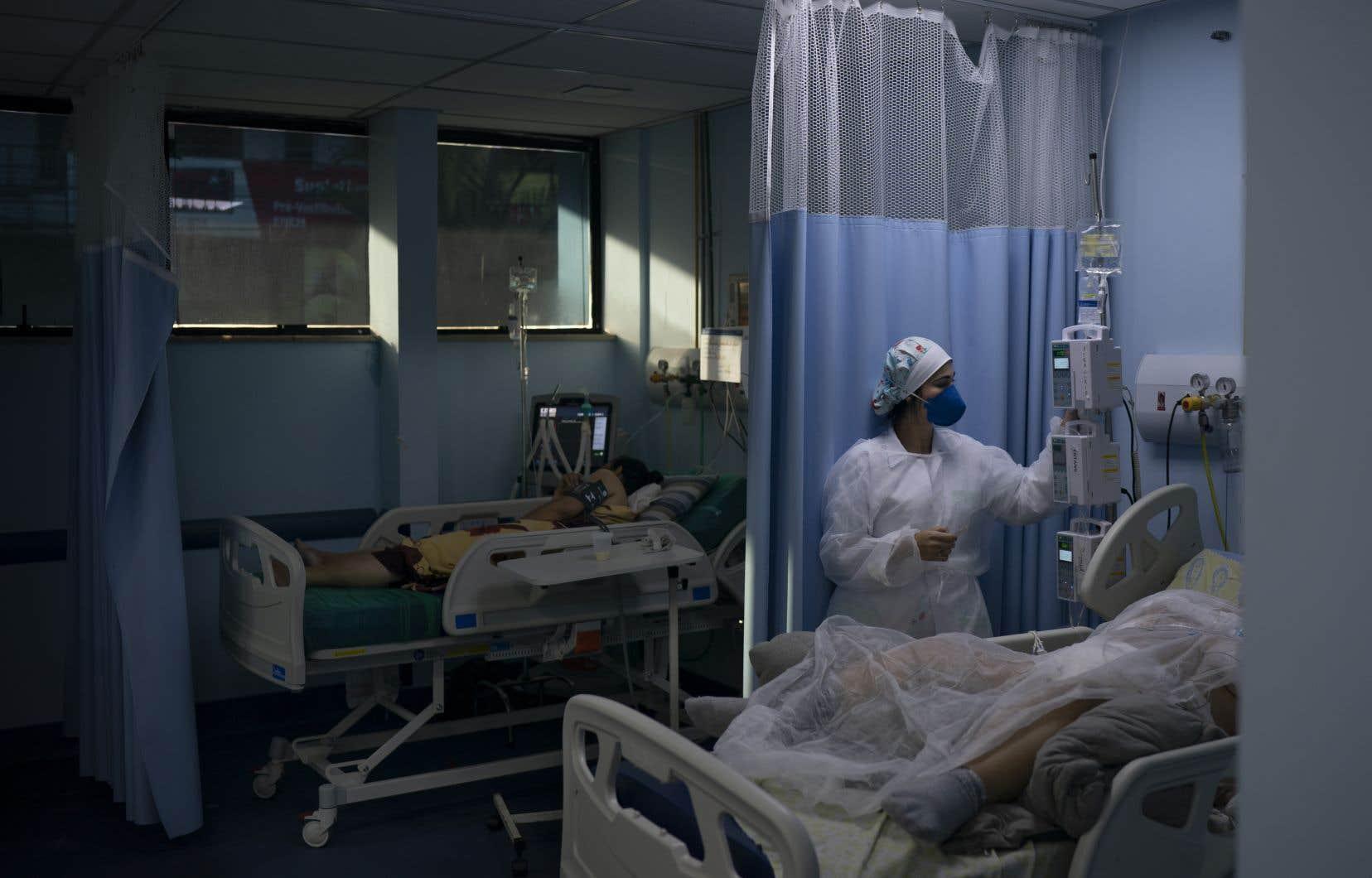 Des patients infectés par la COVID-19 sont traités à l'hôpital de São João de Meriti, au Brésil.