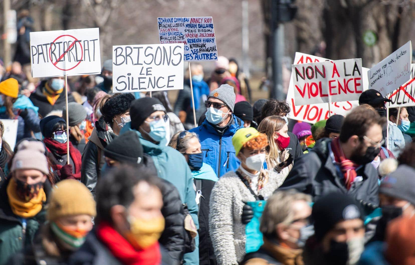 Une grande marche «Pas une de plus» pour dénoncer la violence en contexte conjugal a eu lieu le vendredi 2avril.