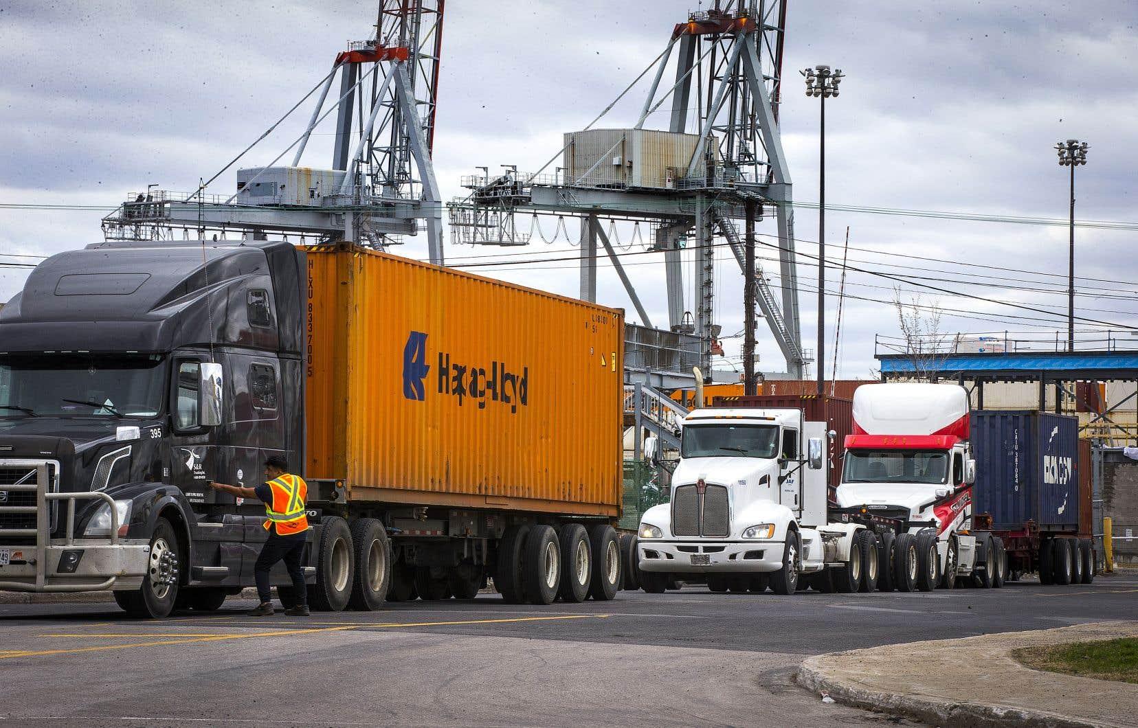 Le syndicat des 1150 débardeurs du port de Montréal a annoncé dimanche qu'il amorcerait un débrayage partiel, après que l'Association des employeurs maritimes eut annoncé qu'elle allait mettre fin à certaines conditions de rémunération des débardeurs.