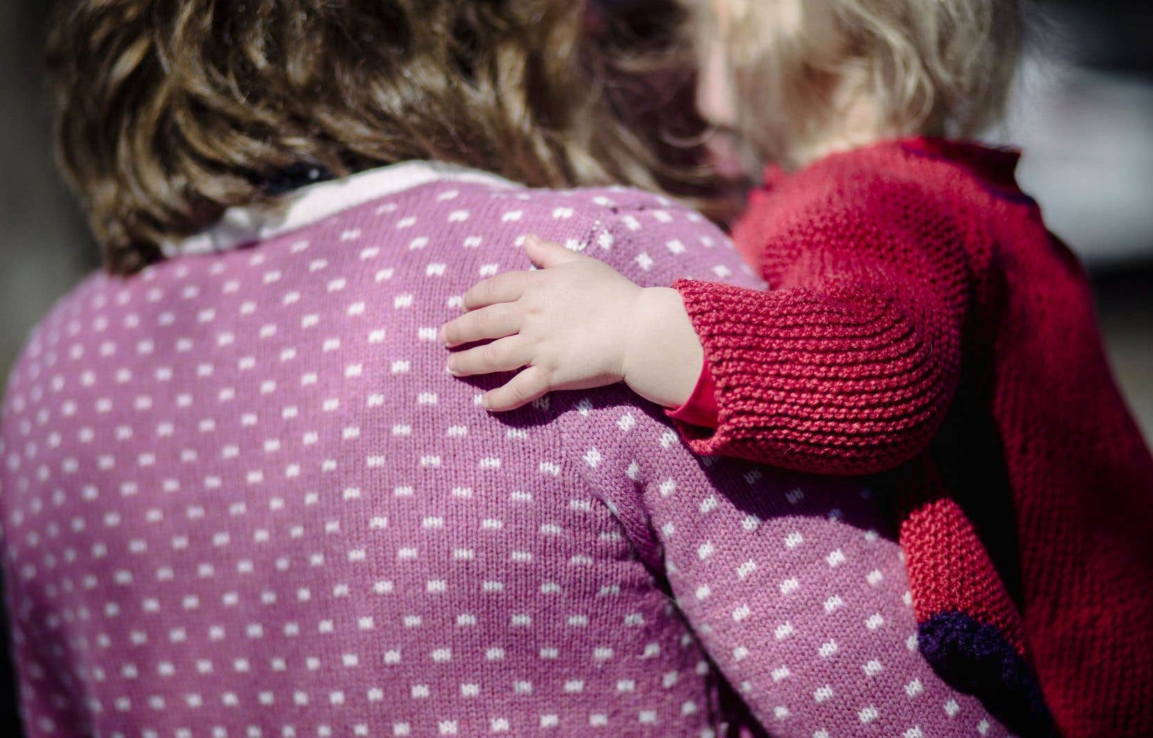 Selon le projet de loi 83, le parent sans statut, ou qui détient un permis de séjour temporaire, devra prouver, par une preuve de séjour ou une déclaration assermentée, son intention de demeurer au Québec pour plus de six mois s'il veut que son enfant soit couvert par la Régie de l'assurance maladie du Québec (RAMQ).