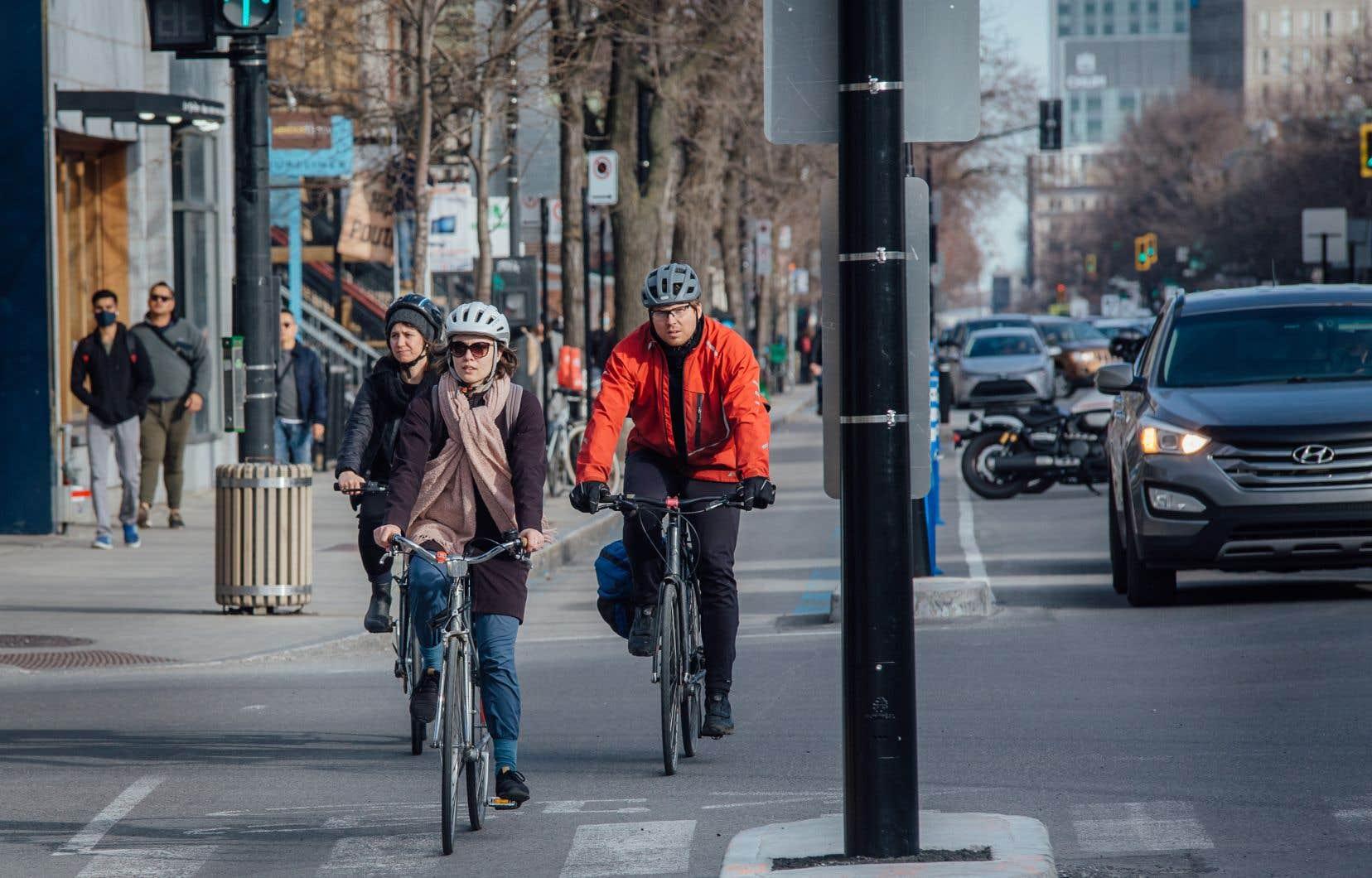 Pour encourager les citoyens à faire davantage de vélo, la Ville de Montréal  a investi dans l'aménagement du Réseau express vélo (REV), un projet de piste cyclable réparti sur l'ensemble de son territoire.