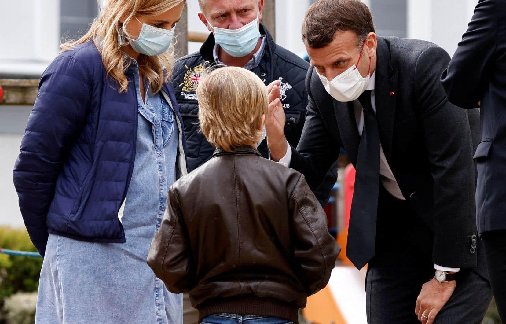 Quatre parents sur dix ont déclaré avoir observé des signes de détresse chez leur enfant lors du premier confinement au printemps 2020. Sur la photo, le président français Emmanuel Macron a rencontré, mercredi, des soignants et des patients dans le service de pédopsychiatrie d'un hôpital de Reims.