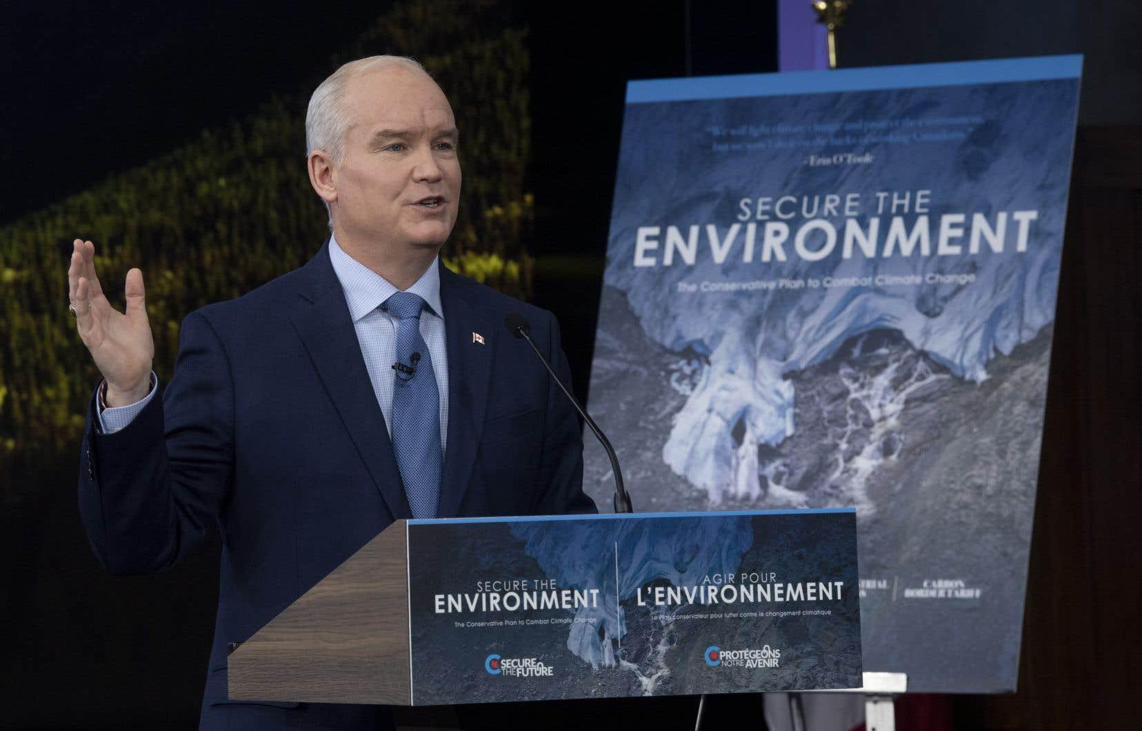 Erin O'Toole s'est défendu de proposer une taxe carbone à son tour, après que son parti ait dénoncé sans relâche celle de Justin Trudeau depuis six ans.