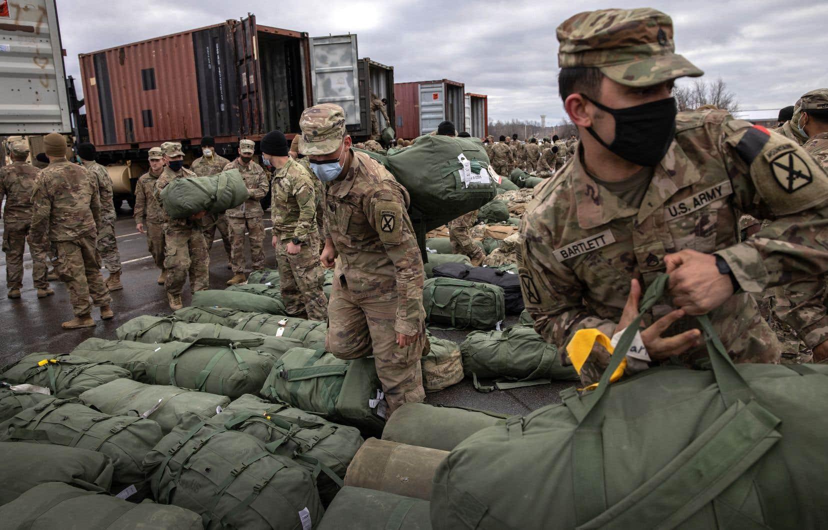 Quelque 2500 soldats américains, auxquels s'ajoutent 16000 sous-traitants civils et leur équipement doivent être évacués du pays.
