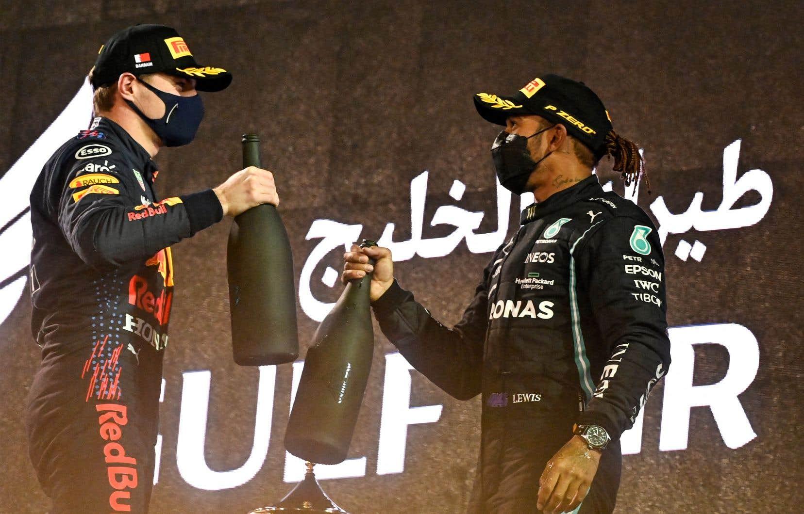 Max Verstappen (à gauche) et Lewis Hamilton sur le podium, à l'issue du Grand Prix de Bahreïn