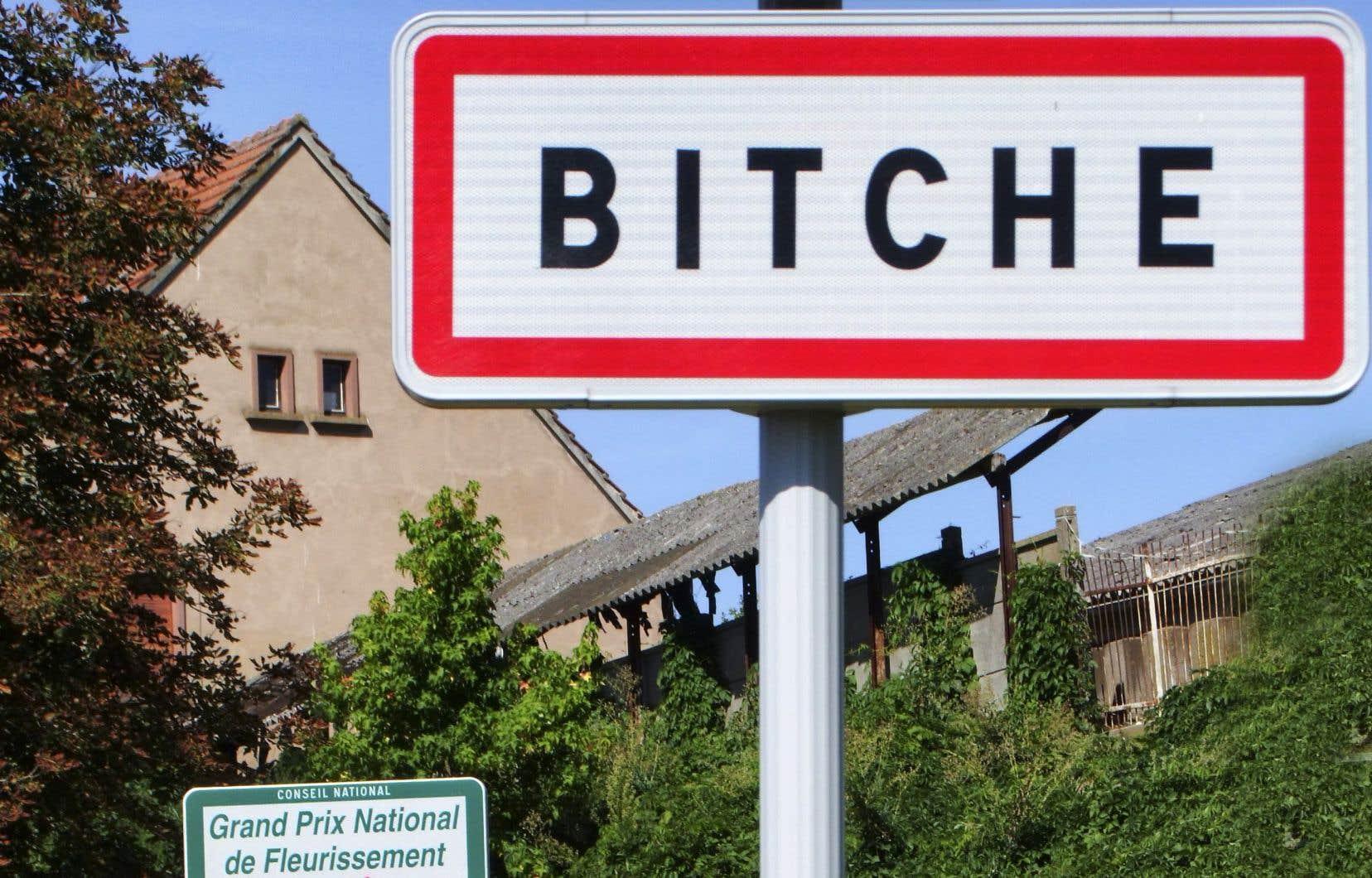 Panneau à l'entrée de la commune de Bitche, dans le département de la Moselle, en France.