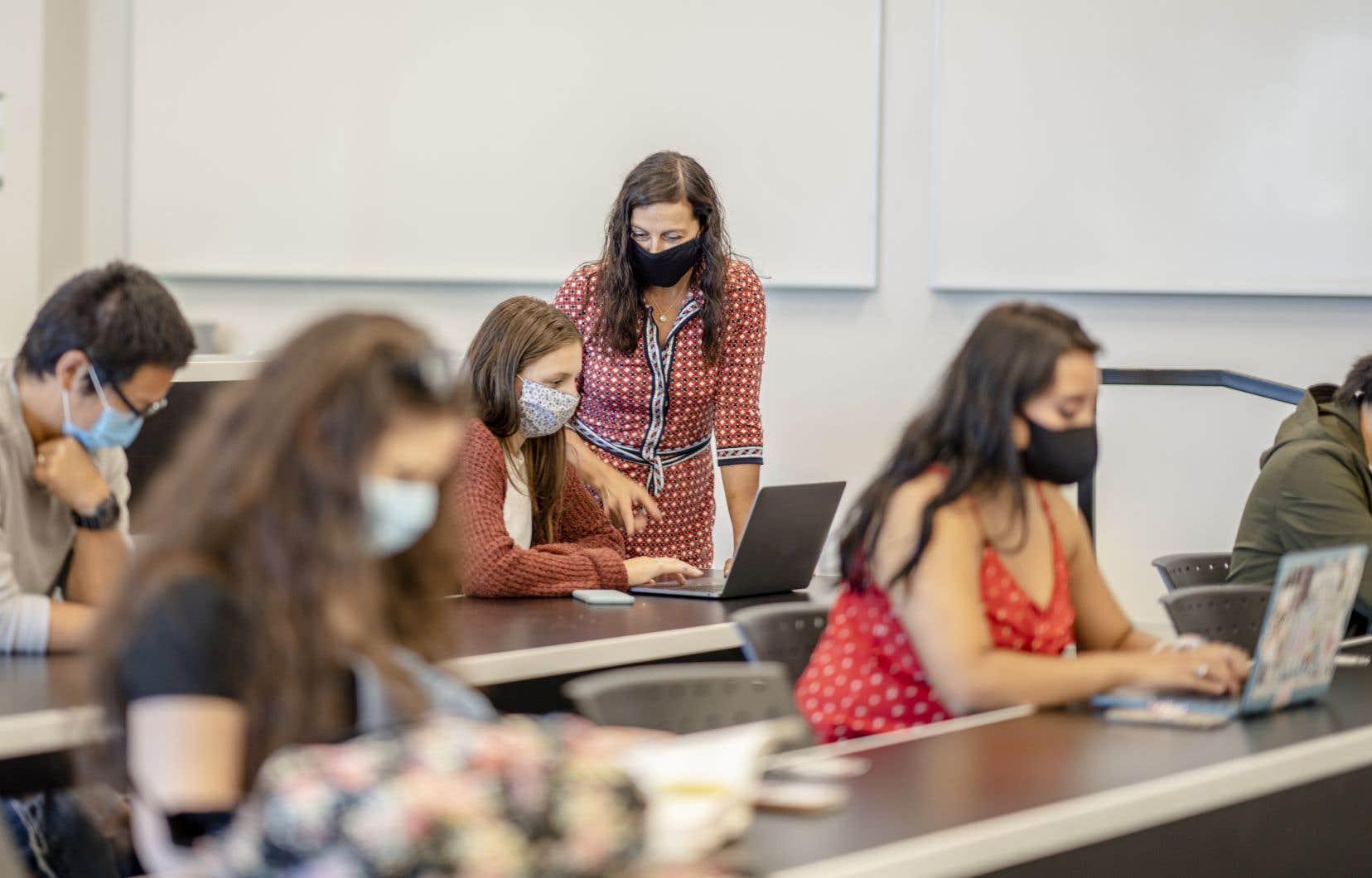 «Les enseignants au statut précaire sont continuellement sur la sellette, peu importe leur compétence, leur investissement et le nombre d'années d'expérience qu'ils ont», déplore l'autrice.