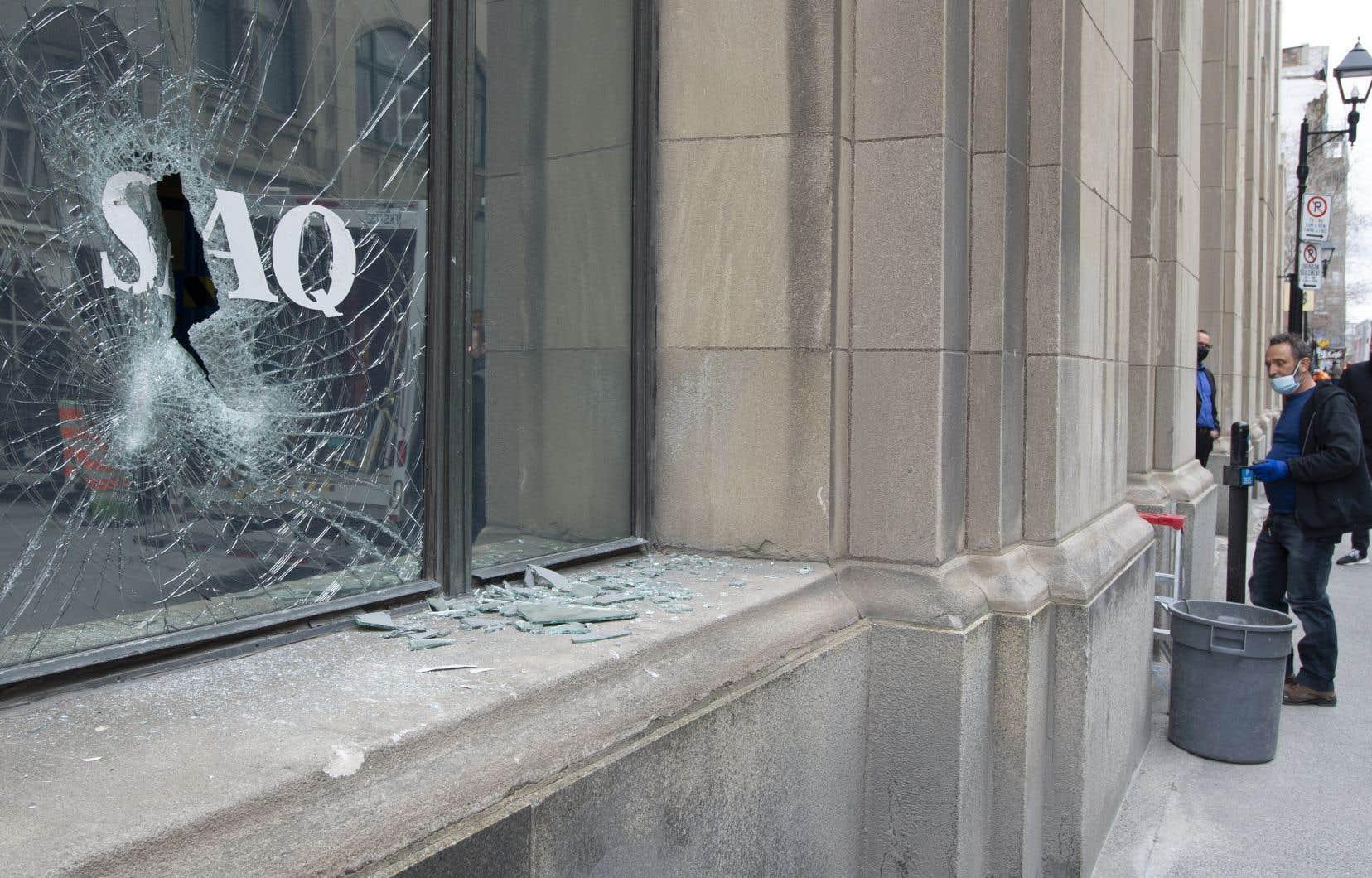 Plusieursvitrines de commerces dans les rues du Vieux-Montréal ont été fracassées dimanche dernier, en marge d'une manifestation contre le retour du couvre-feu à 20h.