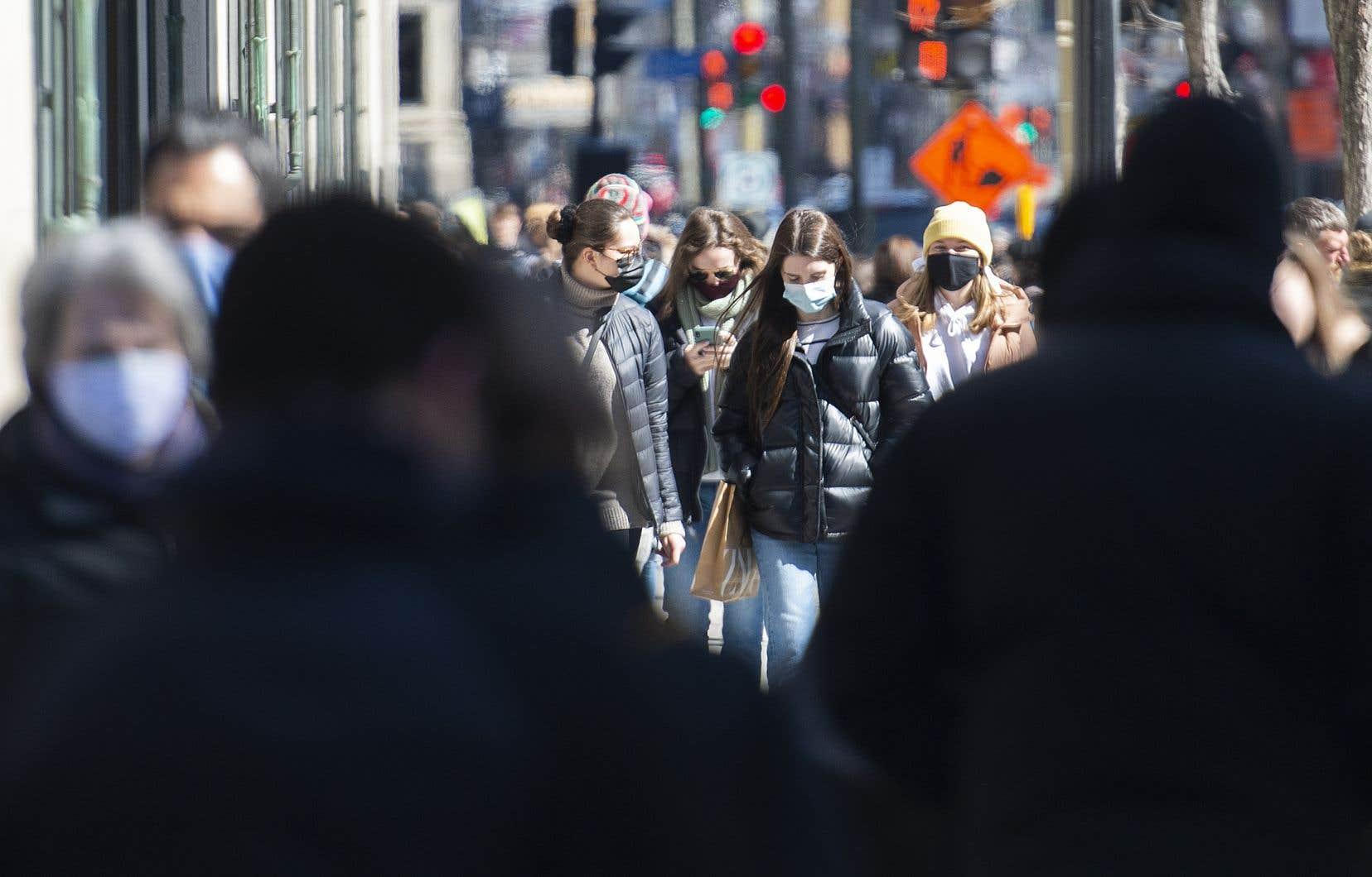 Même après la valse-hésitation du gouvernement Legault à propos du masque à l'extérieur, le port du couvre-visage demeure obligatoire dans certaines situations.