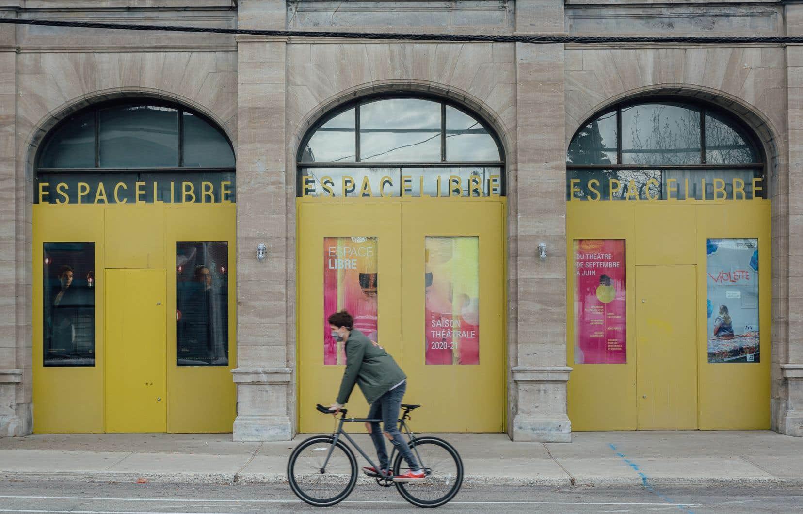 Des clients de théâtres qui valorisent le français, comme Espace Libre, ont reçu des communications non traduites ou comportant des fautes en raison d'une mauvaise traduction.
