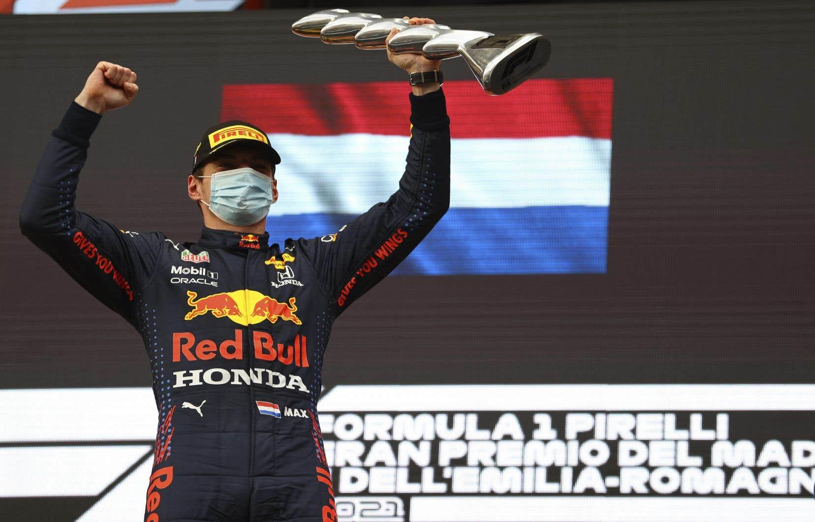 Max Verstappen a devancé le pilote Mercedes Lewis Hamilton de 22,087 secondes au fil d'arrivée de l'Autodromo Enzo e Dino Ferrari, signant du même coup sa première victoire cette saison.