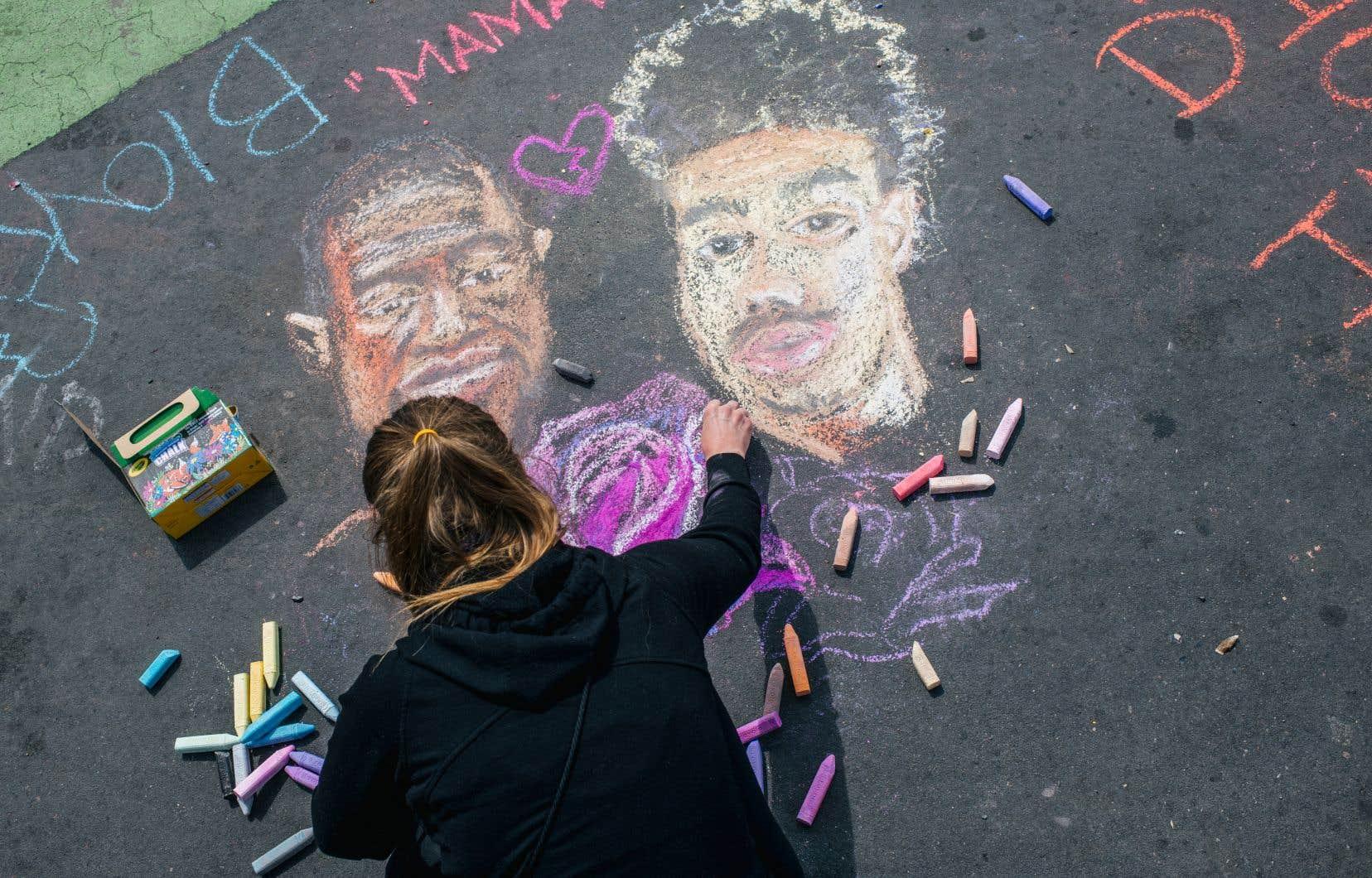 Dimanche, à Minneapolis, une femme dessinait à la craie les visages de George Floyd et de Daunte Wright, un homme noir de 20 ans tué par une policière blanche lors d'un banal contrôle routier à Brooklyn Center, en banlieue de la métropole du Minnesota.