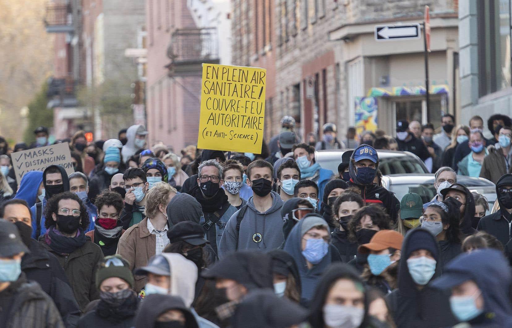 Nombre de protestataires qualifiaient de non scientifique l'imposition du couvre-feu. Ils ne sont toutefois pas contre les autres mesures sanitaires.