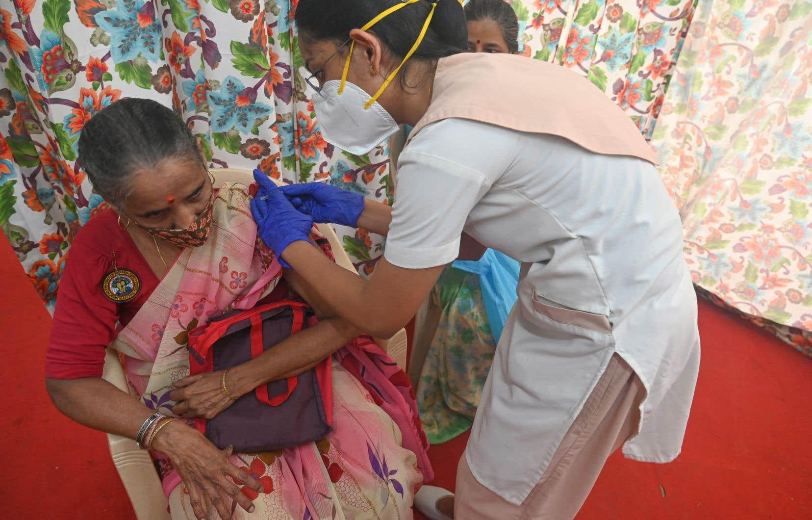 L'ambition des autorités indiennes de vacciner toute la population adulte du pays se heurte à l'insuffisance des stocks de vaccins.