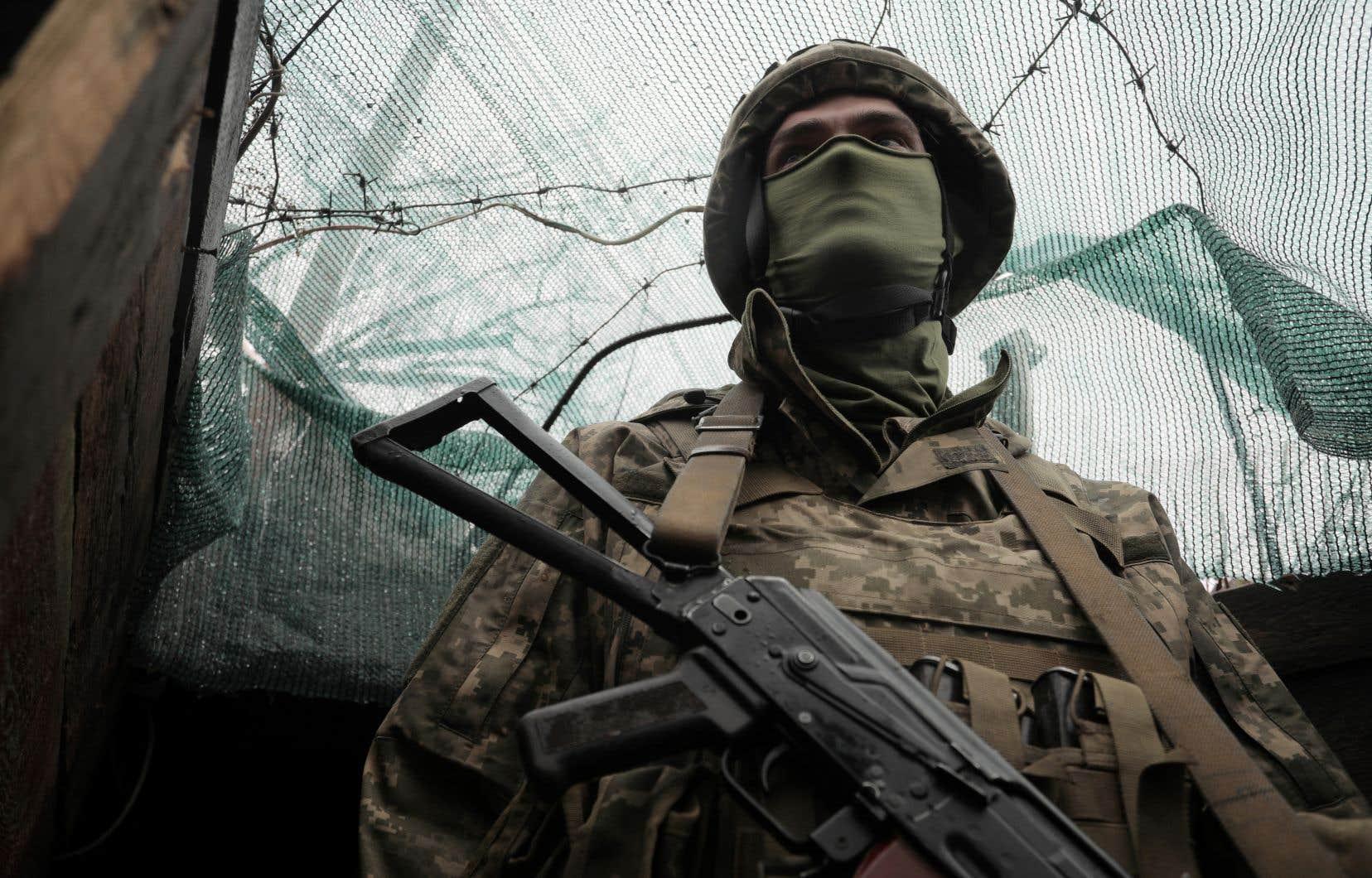 Un militaire ukrainien se tient à sa position sur la ligne de front avec des séparatistes soutenus par la Russie près de la petite ville de Marinka, dans la région de Donetsk, le 20 avril 2021.