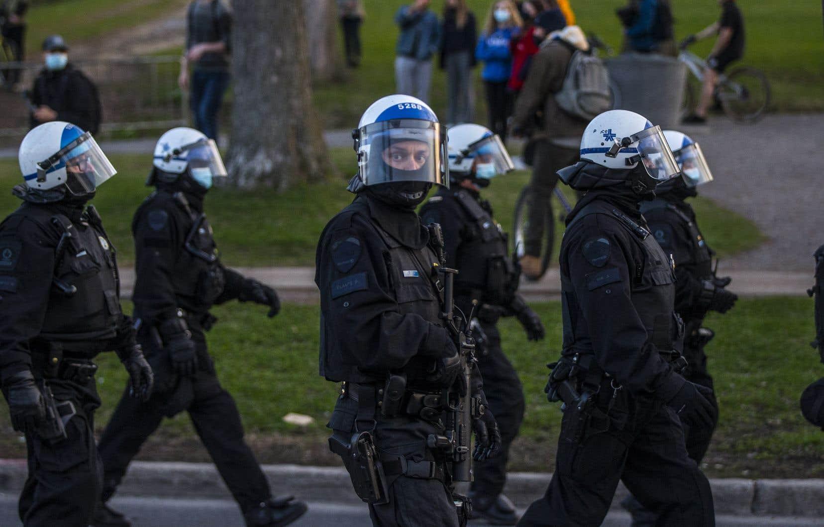 <p>Des policiers du SPVM, lors d'une récente manifestation contre le couvre-feu à Montréal</p>