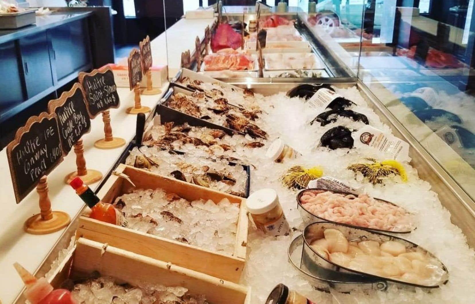 À la poissonnerie Ô, qui a ouvert ses portes l'automne dernier, le comptoir est rempli de poissons et de fruits de mer du Québec et des provinces voisines.