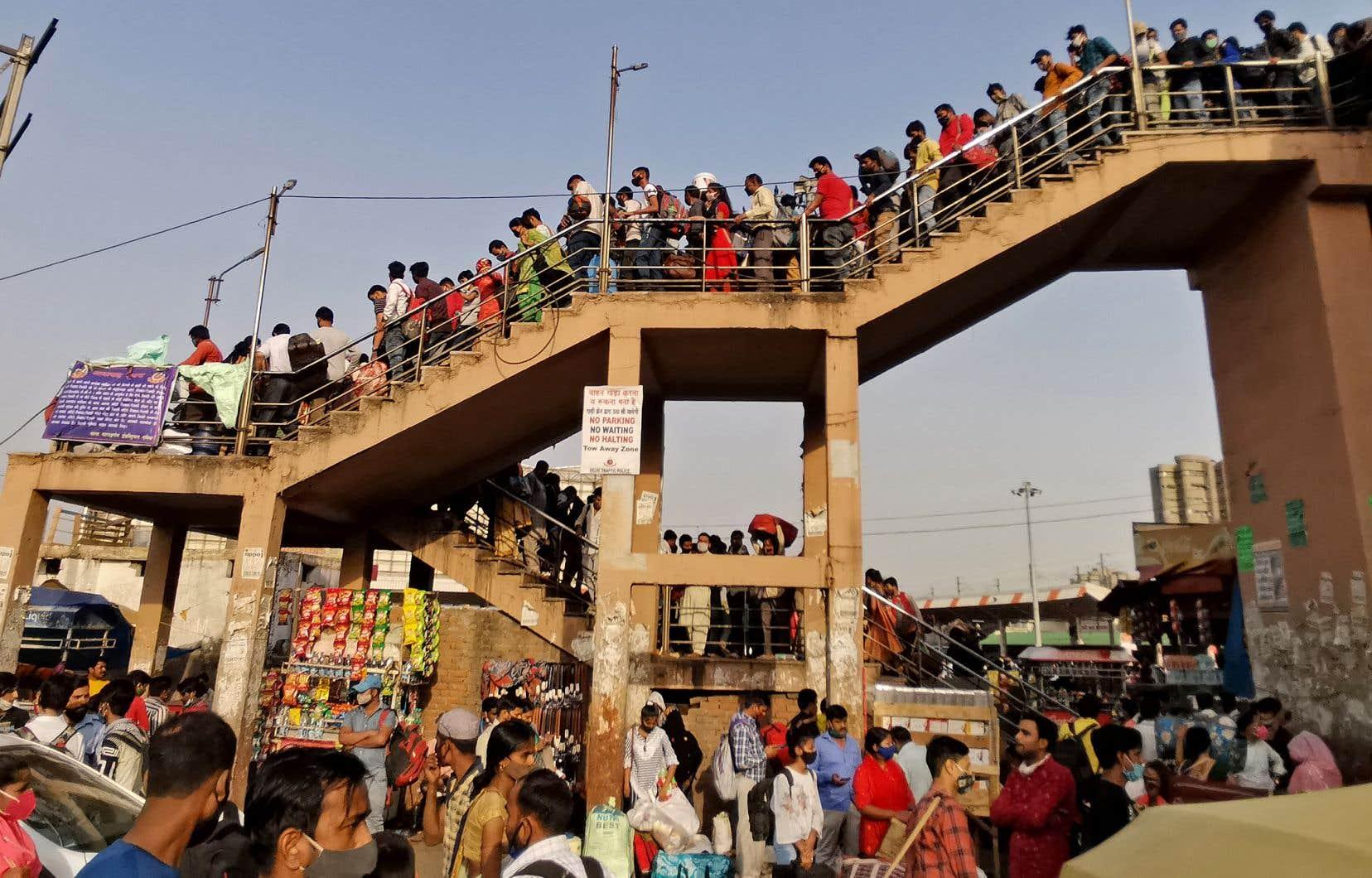 Les gens retournent vers leur domicile quelques heures avant l'entrée en vigueur d'un confinement ordonné à New Delhi le 19 avril dernier.
