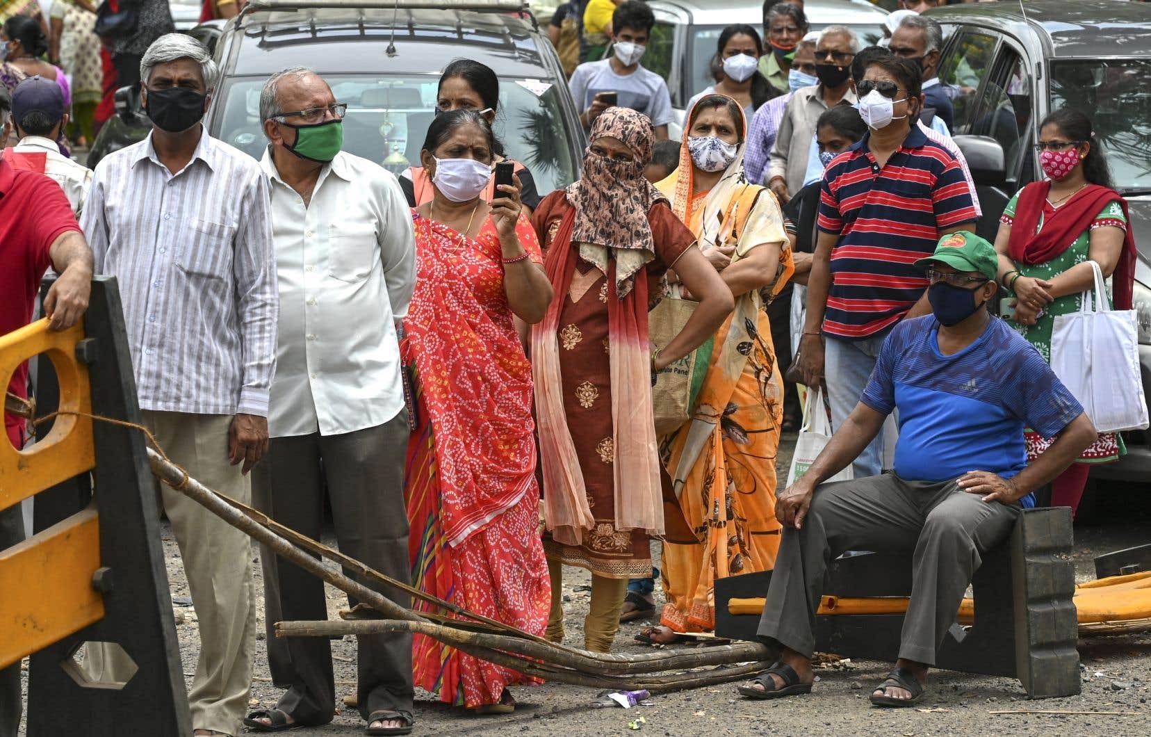 <p>Plusieurs personnes font la file à Mumbai, avant de recevoir un vaccin contre la COVID-19.</p>