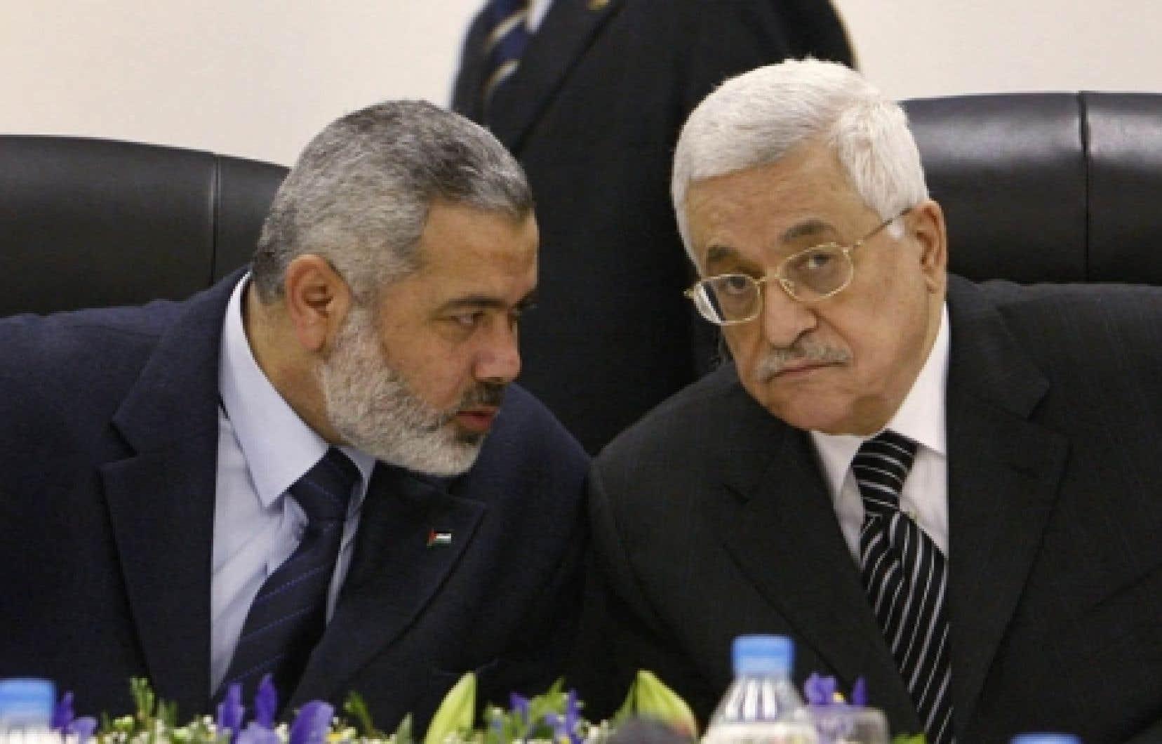 Mahmoud Abbas (à droite) en compagnie d'Ismaïl Haniyeh à Gaza, en mars.<br />