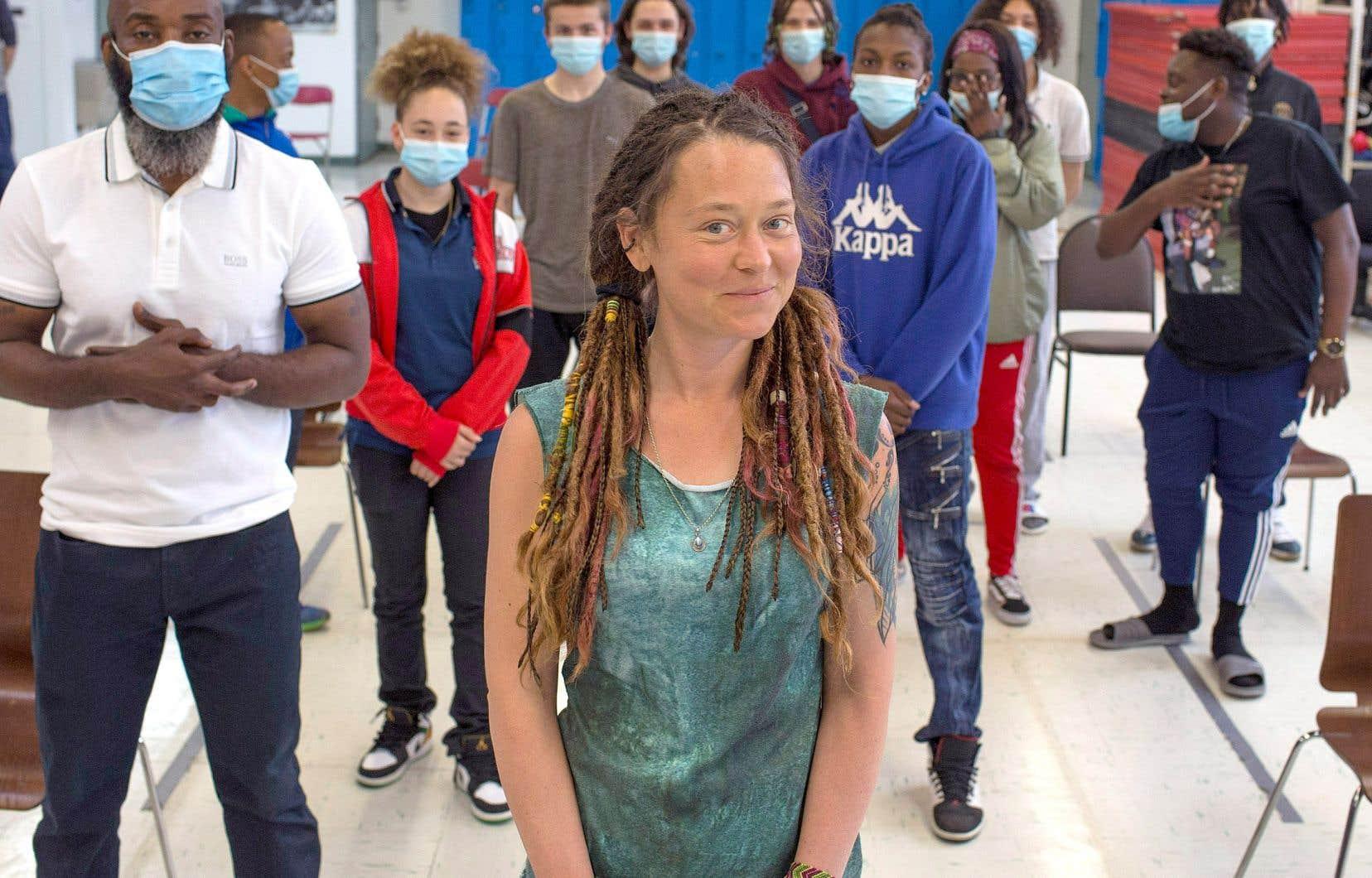 L'ex-boxeur professionnel Ali Nestor (à gauche) a invité l'artiste Édith Blais (au centre) dans son école de la deuxième chance pour discuter de résilience et d'espoir avec les élèves. Leur héroïne a été séquestrée dans le désert au Mali.