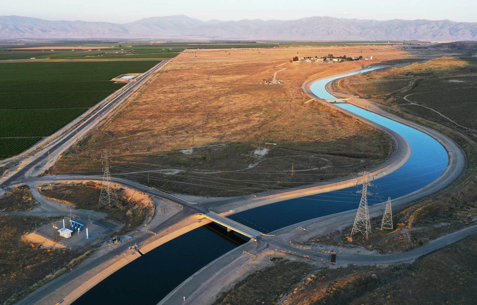 L'aqueduc de Californie prend sa source dans les montagnes de la Sierra Nevada et approvisionne en eau le sud de l'État, aux nombreuses zones désertiques. Mercredi, deux comtés californiens ont été placés en état d'alerte de sécheresse, après un hiver aux faibles précipitations.