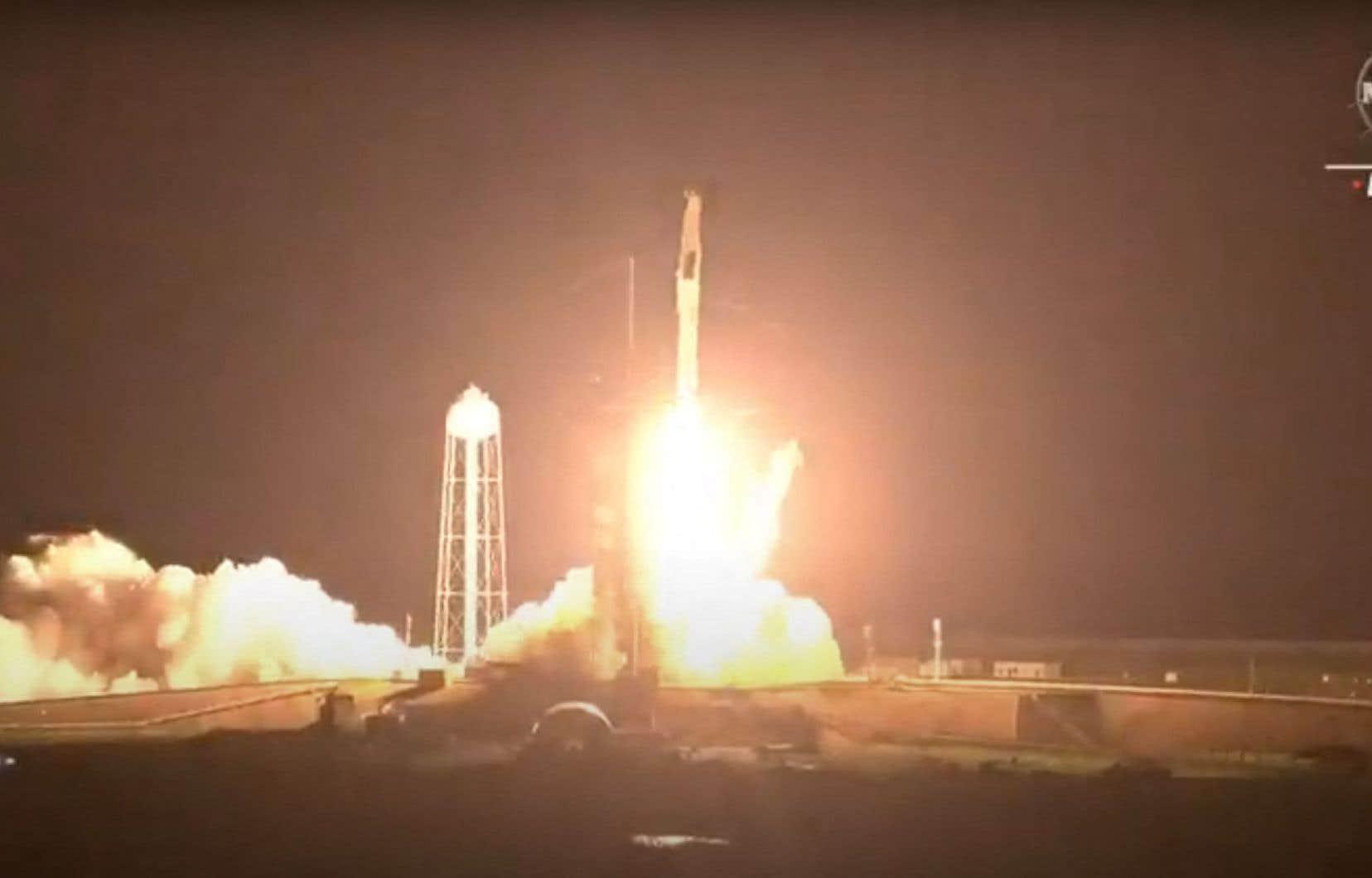 <p>Le départ du second vol habité de SpaceX a eu lieu à 5h49, heure avancée de l'est. Les quatre voyageurs passeront six mois dans la station spatiale.</p>