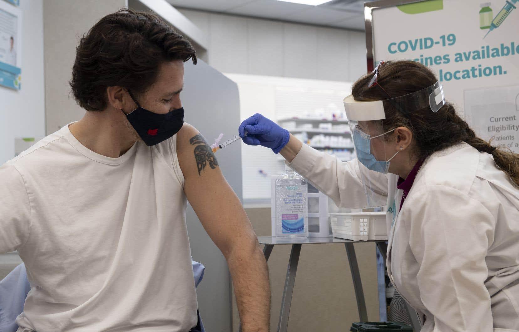 Le premier ministre Justin Trudeau a reçu vendredi le vaccin d'AstraZeneca.