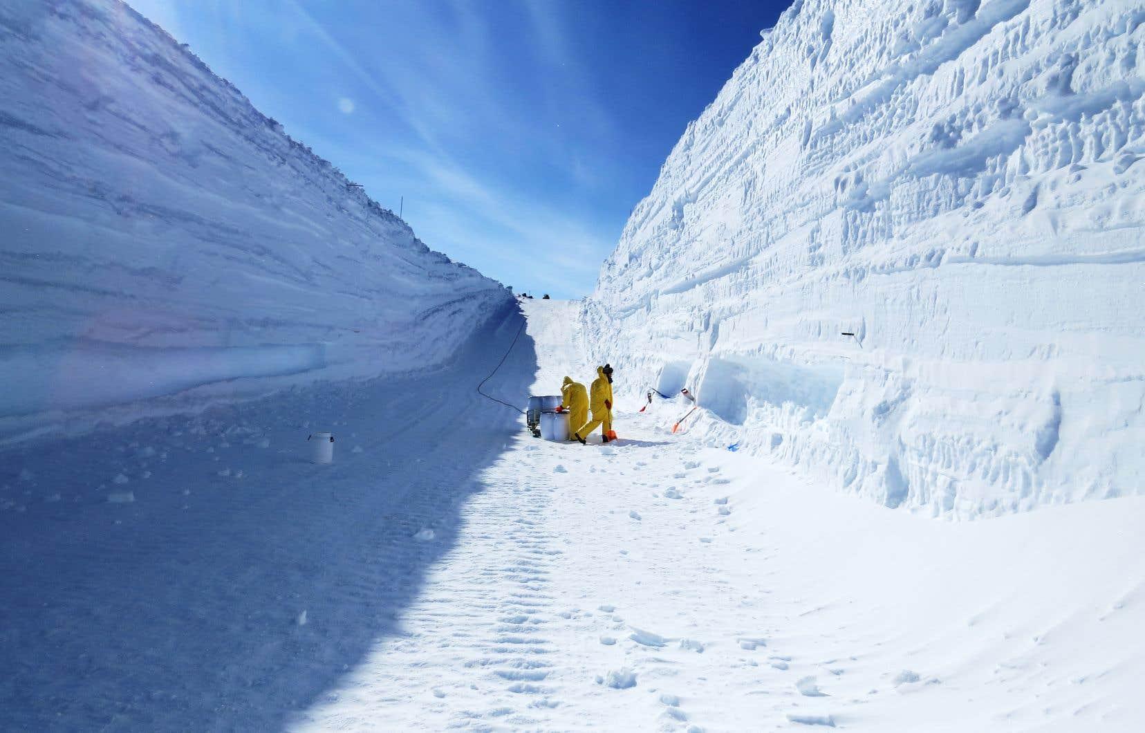 L'Antarctique constitue le terrain de jeu parfait pour les scientifiques en quête de poussières extraterrestres. Ce continent est le dernier à avoir été exploré par l'homme, mais surtout, le fait qu'il soit couvert de neige et de glace et qu'il soit isolé des autres continents par d'immenses océans a permis de protéger ces poussières extraterrestres des poussières terrestres.