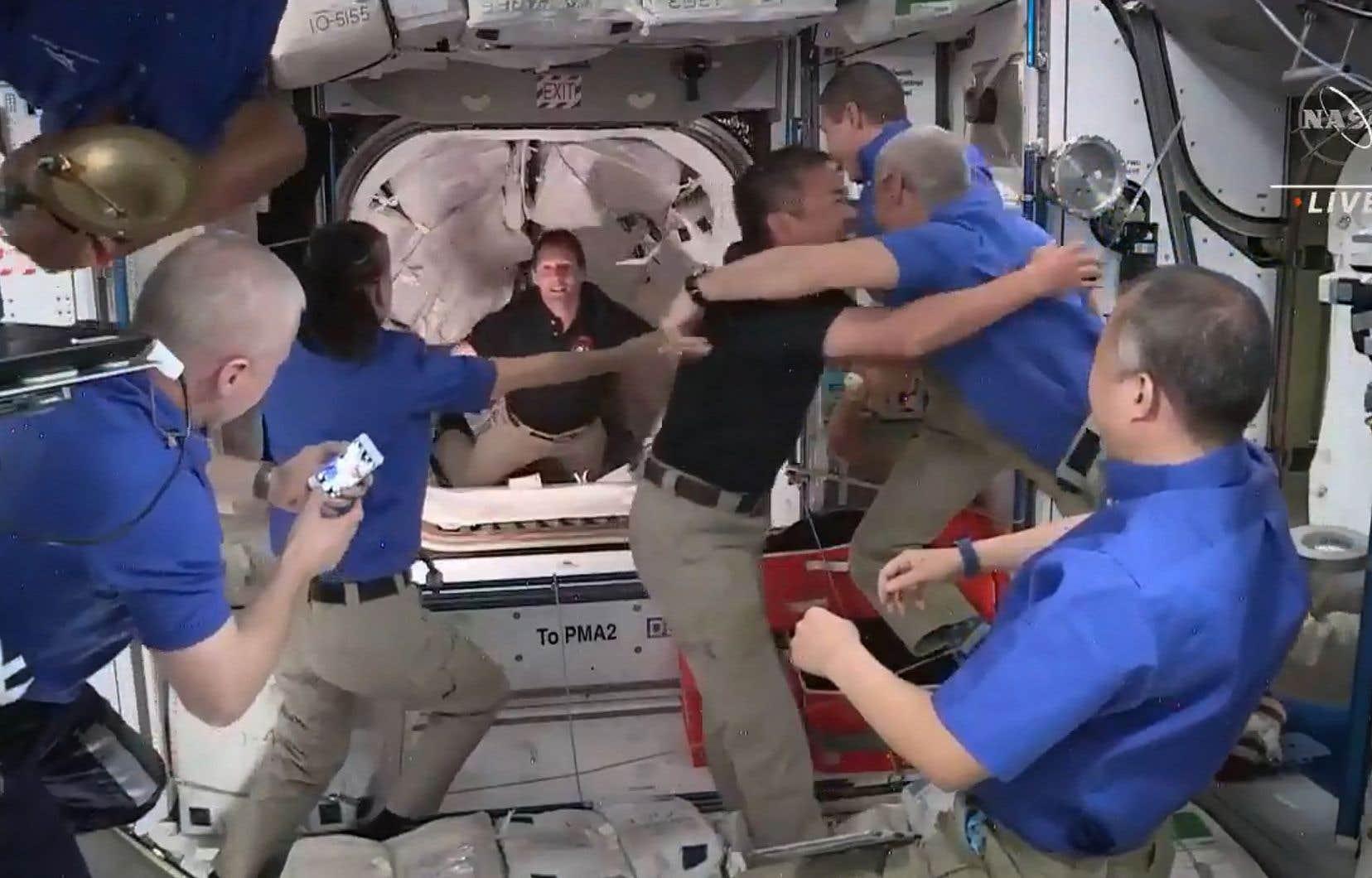 L'équipe de «Crew-2», composée du Français Thomas Pesquet pour l'Agence spatiale européenne, des Américains Shane Kimbrough et Megan McArthur et du Japonais Akihiko Hoshide, est venue rejoindre les sept astronautes déjà présents dans l'ISS.