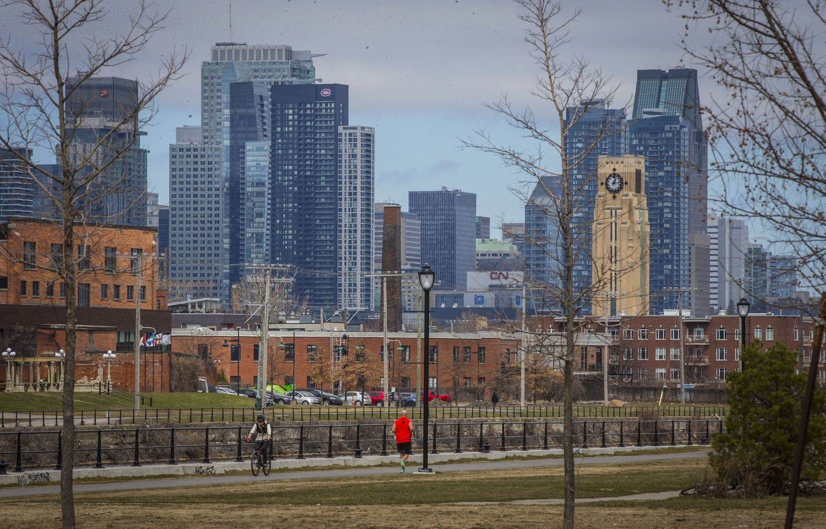 Les trois experts conviennent que, plutôt que de se concentrer sur les immeubles de grande hauteur, Montréal devrait mettre l'accent sur les terrains vacants ou d'anciens sites industriels avec un développement «à taille humaine», de hauteur moyenne, ce qui tend à créer des quartiers plus accessibles à pied et plus conviviaux, ont-ils dit.