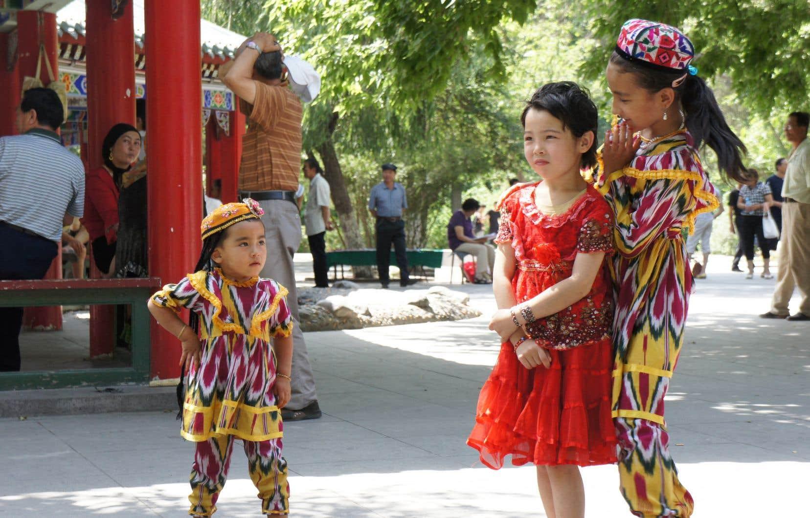 Les Ouïgours, principal groupe ethnique du Xinjiang, se sont vu interdire progressivement certaines de leurs traditions islamiques, mais aussi culinaires, vestimentaires et linguistiques.