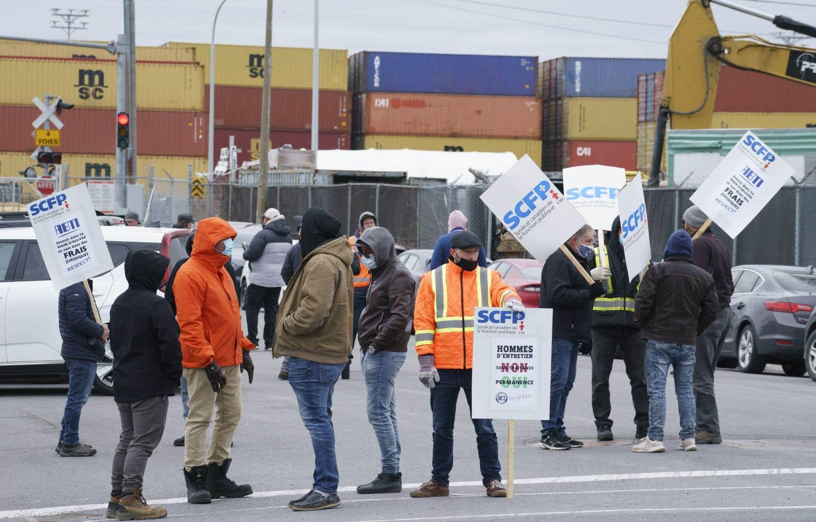 Selon l'Administration portuaire de Montréal, une interruption prolongée des activités portuaires représente une perte de 10millions à 25millions de dollars par jour pour l'économie.