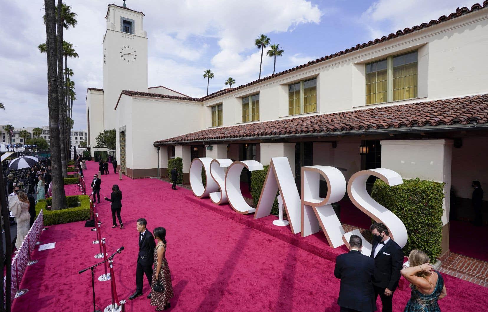 La cérémonie phare d'Hollywood se tenait exceptionnellement dans une gare historique du centre de Los Angeles, où stars en lice et équipes techniques pouvaient travailler en respectant les consignes sanitaires et la distanciation physique.