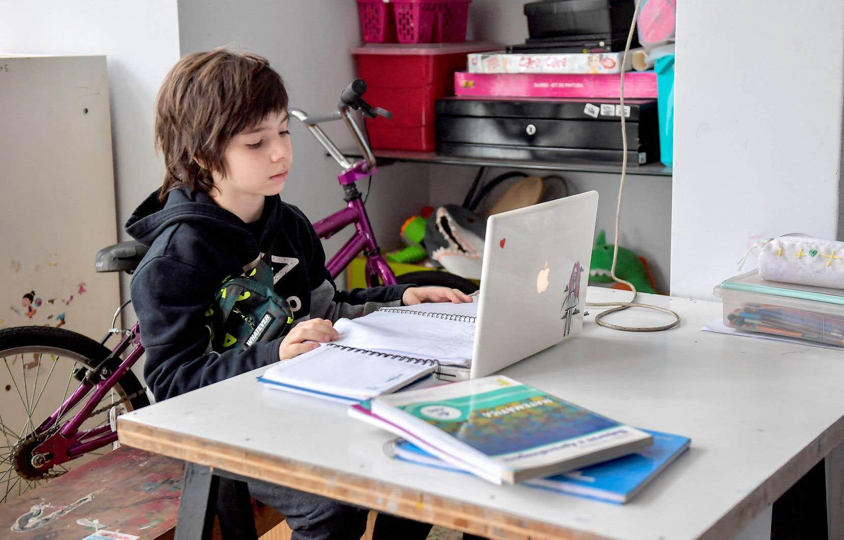 L'enseignement en ligne a mis en évidence les inégalités numériques entre les jeunes, qui, contrairement à la croyance populaire, ne sont pas tous «nés dedans».