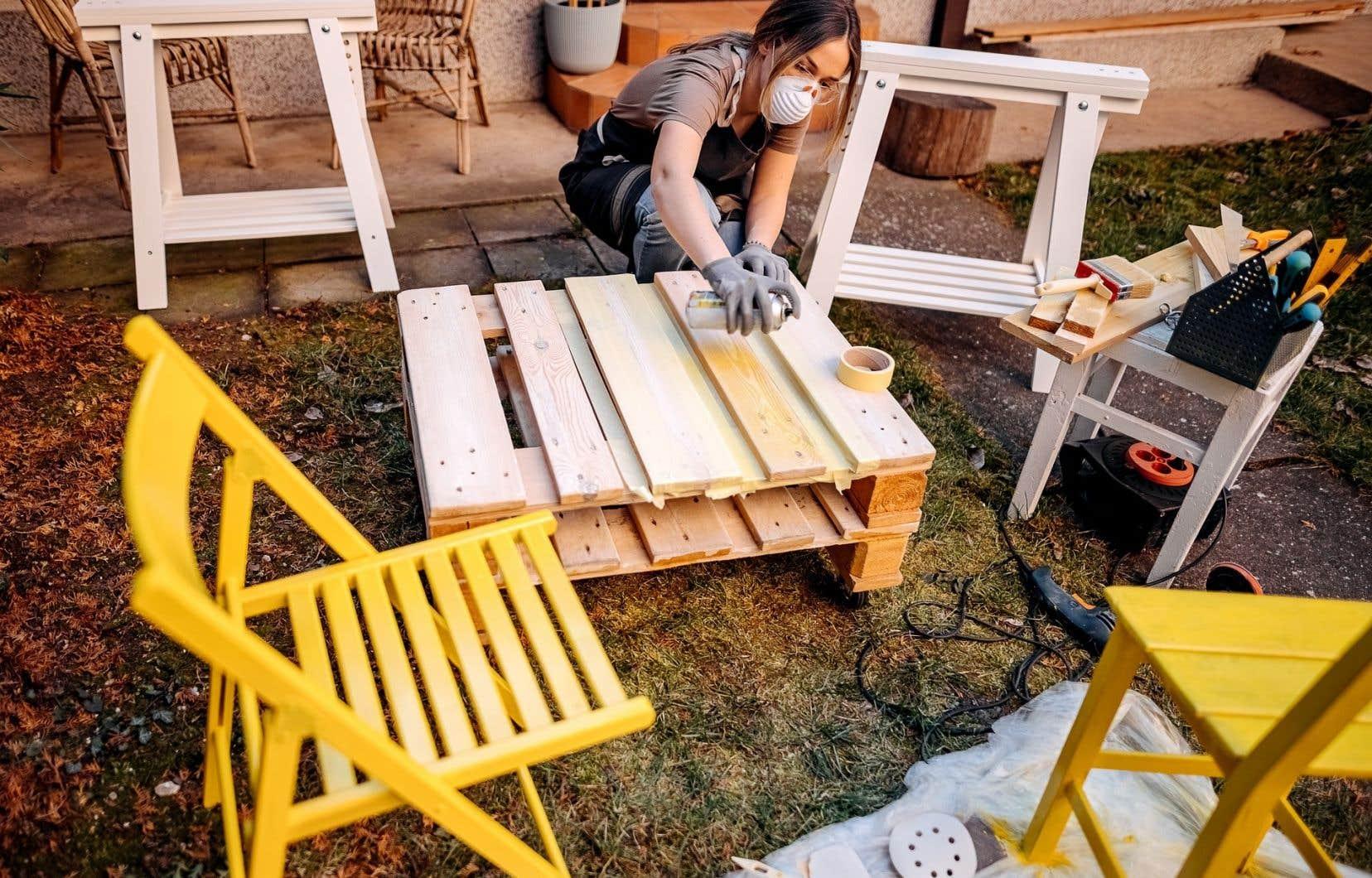 Vous êtes un peu bricoleur? Vous pouvez utiliser du bois de palette pour fabriquer votre propre mobilier sur mesure à peu de frais.