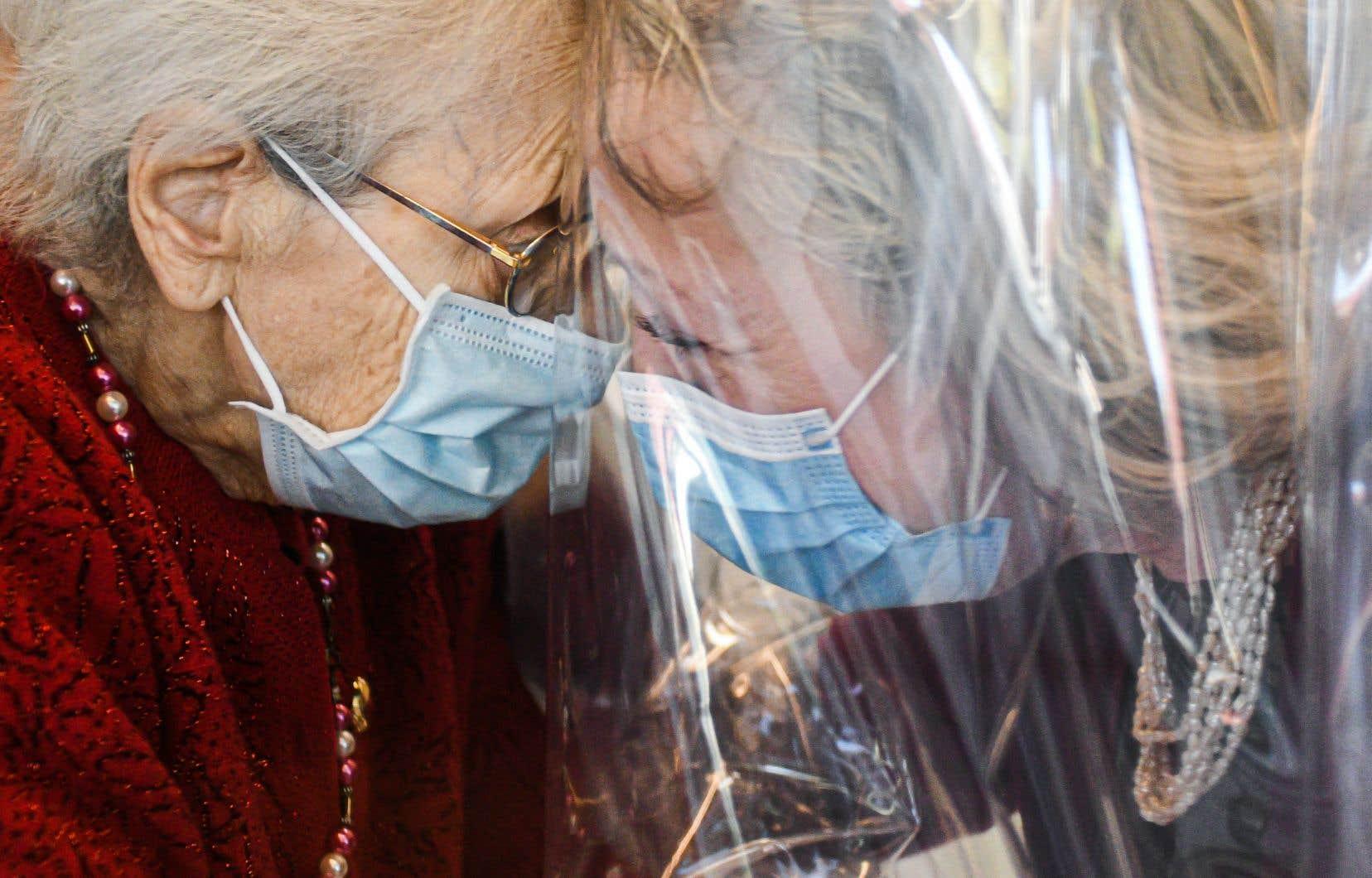 En novembre dernier, une résidente recevait la visite de sa fille dans la «chambre à câlins» d'un centre pour personnes âgées à Castelfranco Veneto, en Italie. Grâce à l'utilisation d'une bâche en plastique transparente, les résidents peuvent étreindre leurs proches en toute sécurité.